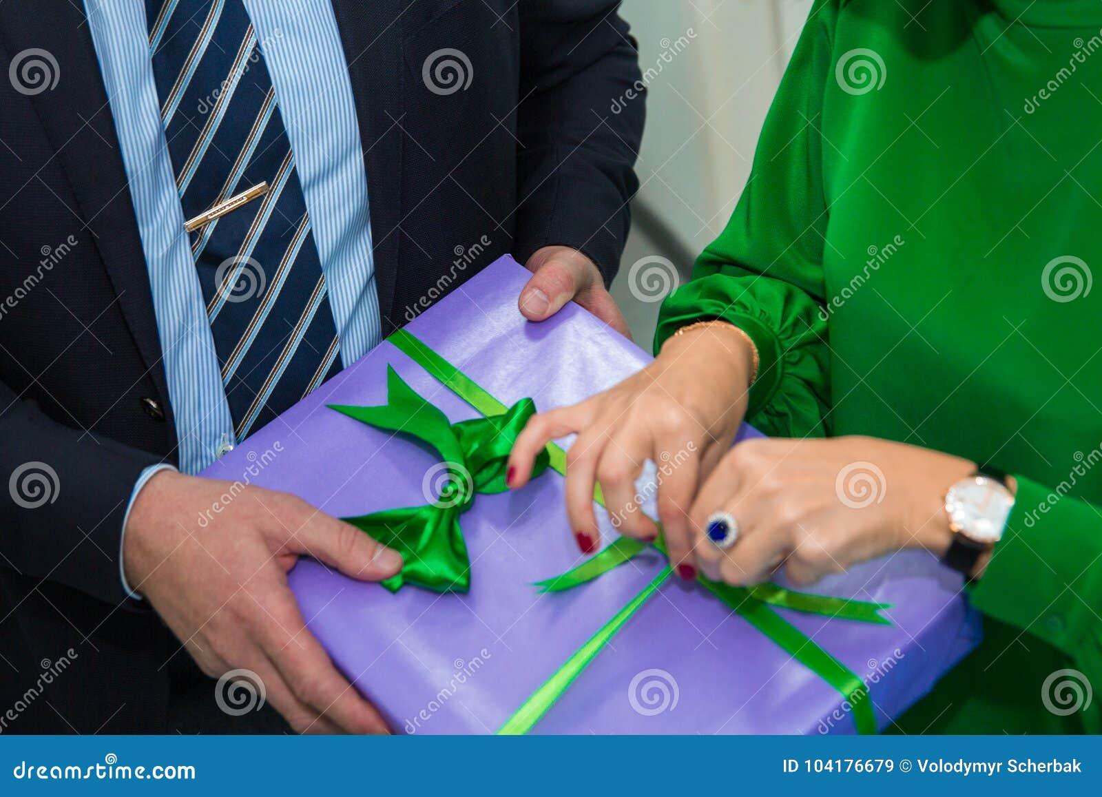 Zakończenie up wręcza kobiety i mężczyzna przy przyjęciem gwiazdkowym otwarty prezenta pudełko, wakacyjny świętowanie szczęśliweg