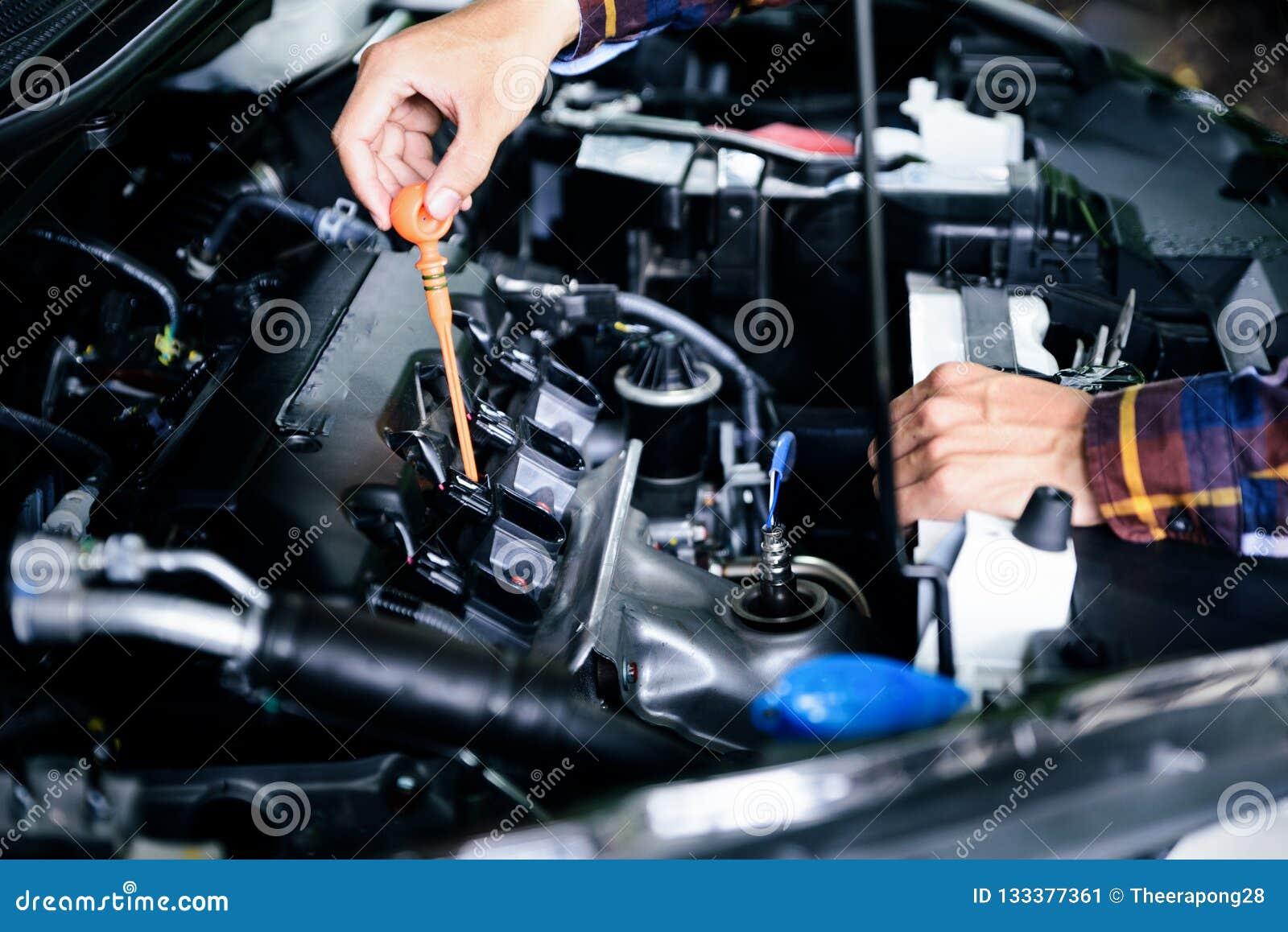 Zakończenie up wręcza sprawdzać lube nafciany poziom samochodowy silnik od głębokiego