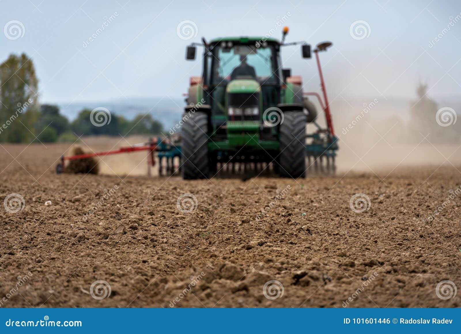 Zakończenie uprawa z Ciągnikowym zaorki polem
