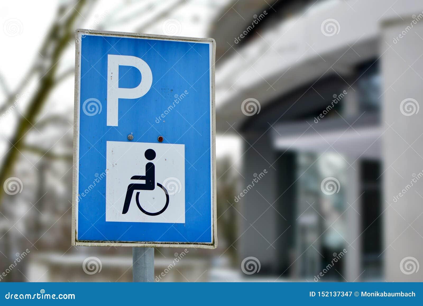 Zakończenie w górę błękitnego niepełnosprawnego osoba parking pozwolenia znaka na ulicie