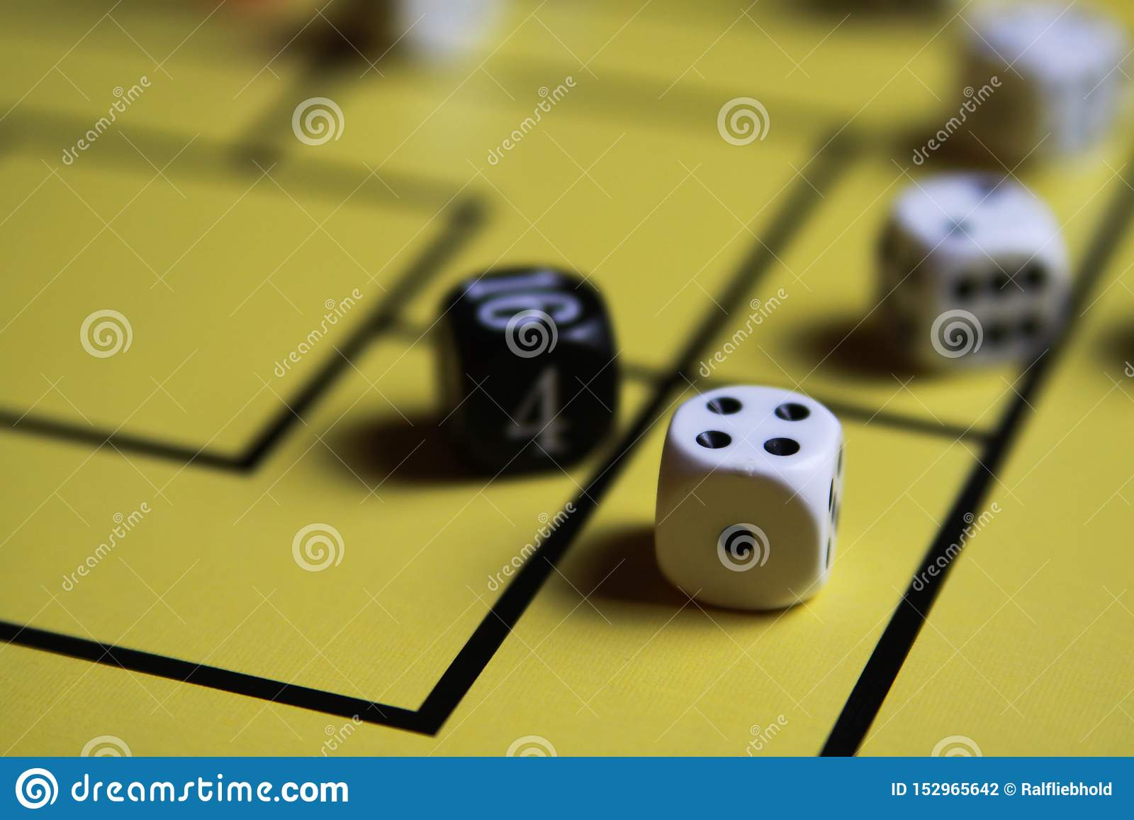 Zakończenie w górę dices na żółtej gry desce
