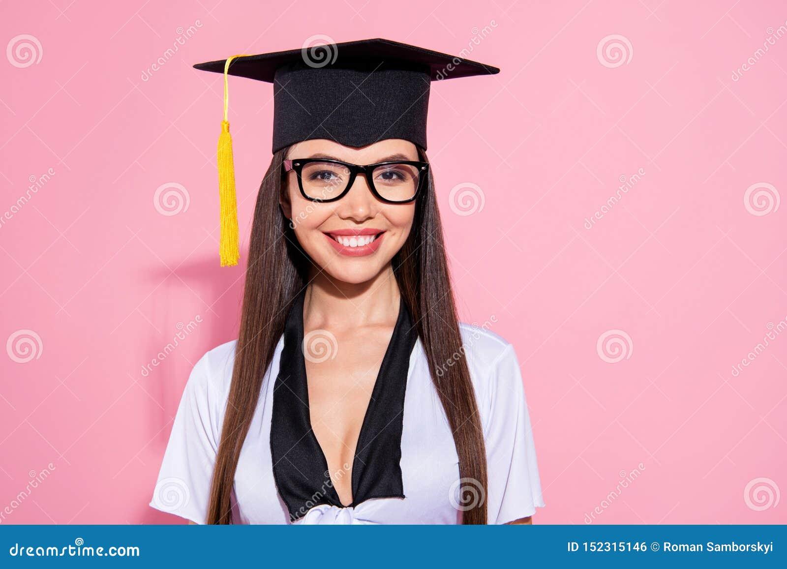Zakończenie w górę fotografii zadziwiającej damy końcówki nauki oczu odzieży moździerza deski uniwersyteckiej mądrej kitki białe
