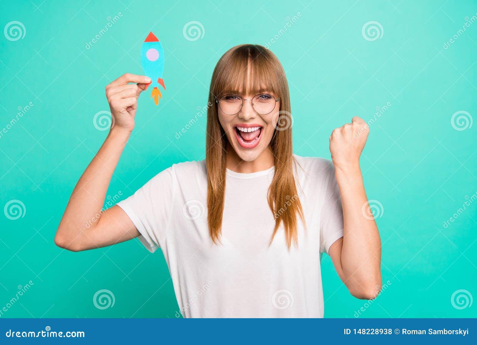 Zakończenie w górę fotografii zadziwiający pięknego ona jej damy ręki ręki papieru rakiety przedstawienia dnia sen szczęsliwego p