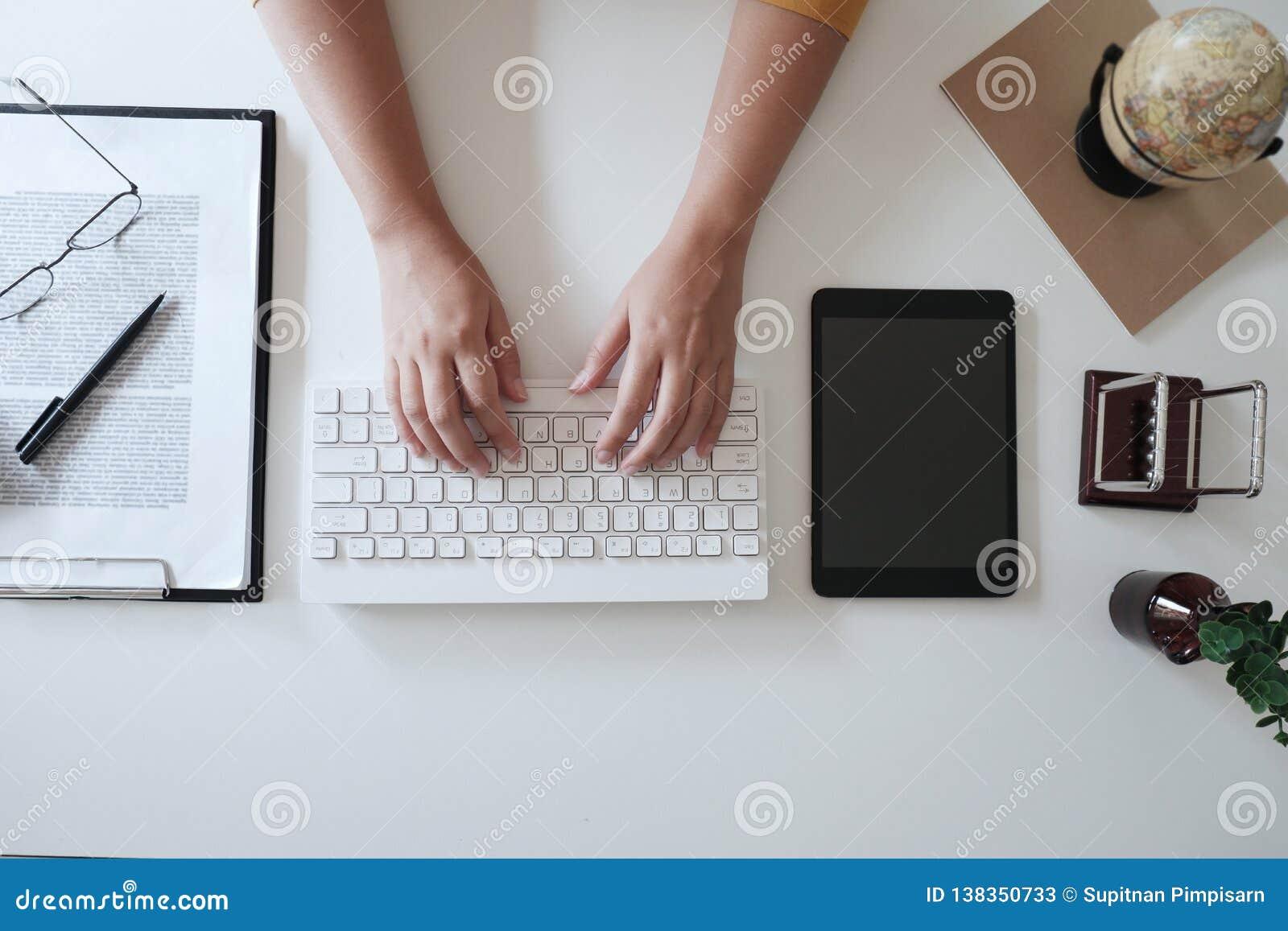 Zakończenie w górę kobiet wręcza podczas gdy pisać na maszynie na klawiaturze w biurze