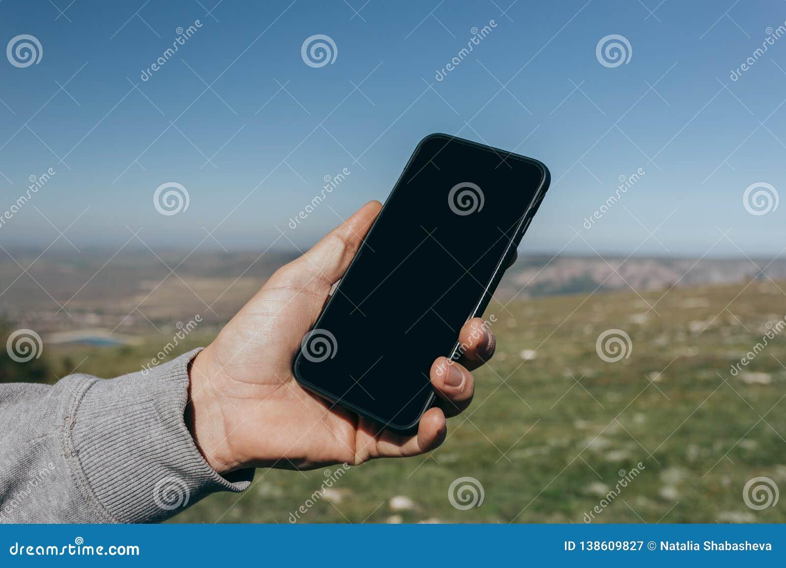 Zakończenie w górę mężczyzny używa telefon plenerowego