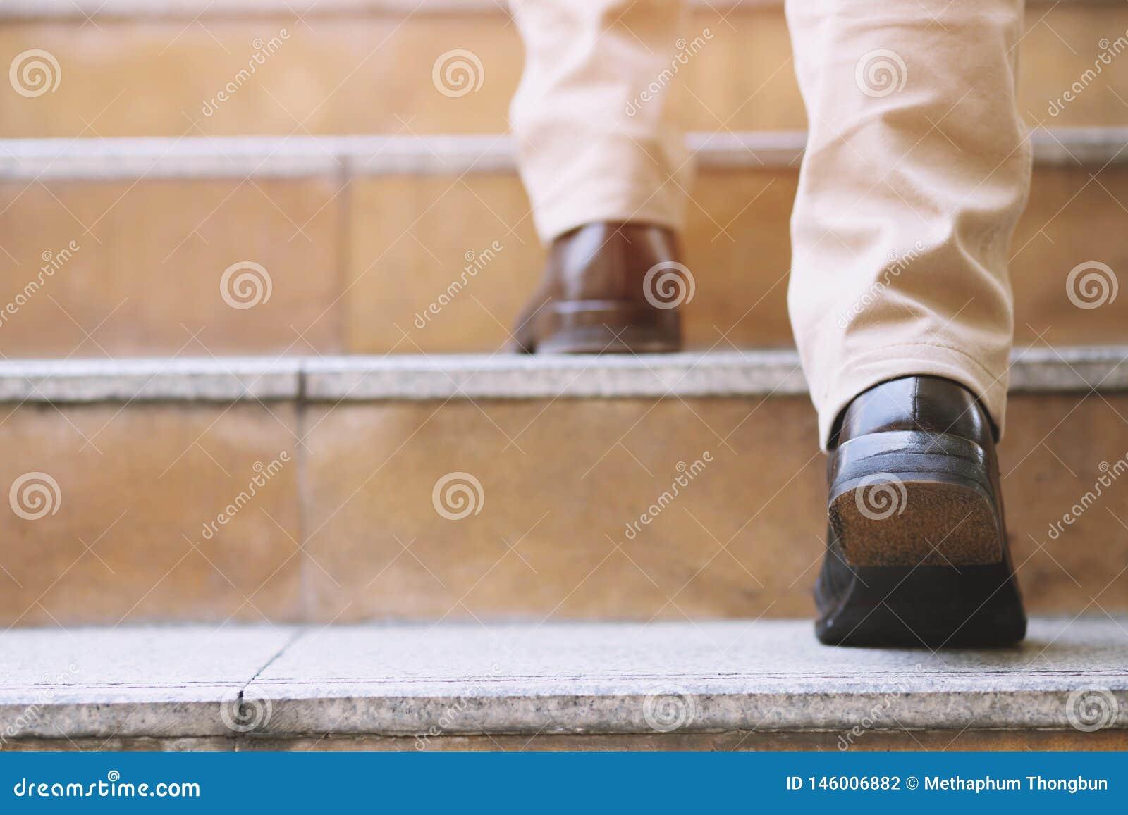 Zakończenie w górę noga butów młodej biznesowego mężczyzny Jeden osoby chodzący kroczenie iść w górę schodków w nowożytnym mieści
