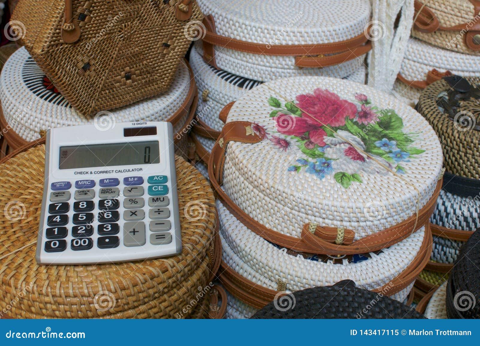 Zakończenie w górę obrazka kalkulator z rattan zdojest w tle przy Ubud sztuki rynkiem, Bali