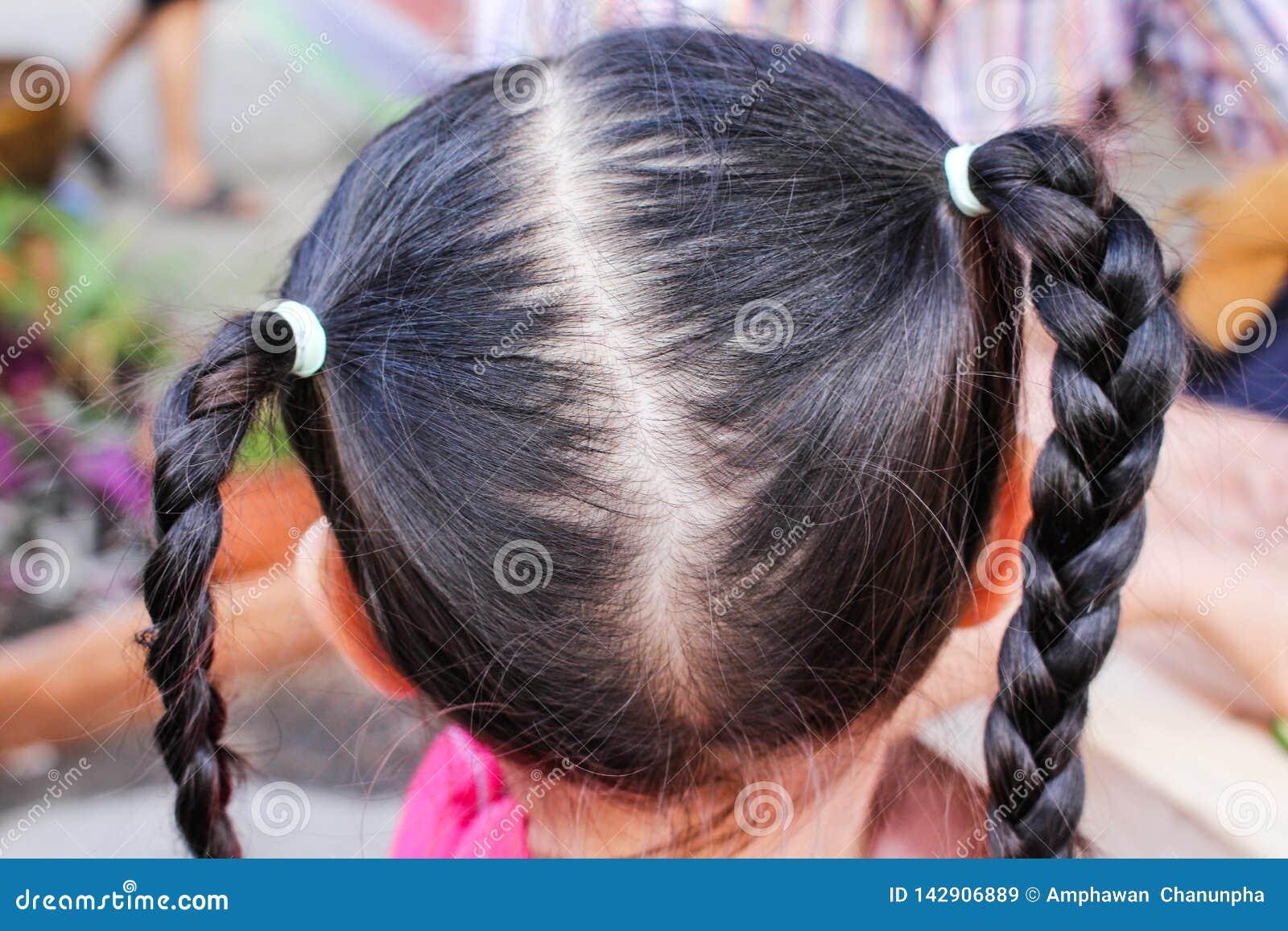 Zakończenie w górę plecy azjatykcia dziecko głowa z galonowym włosy