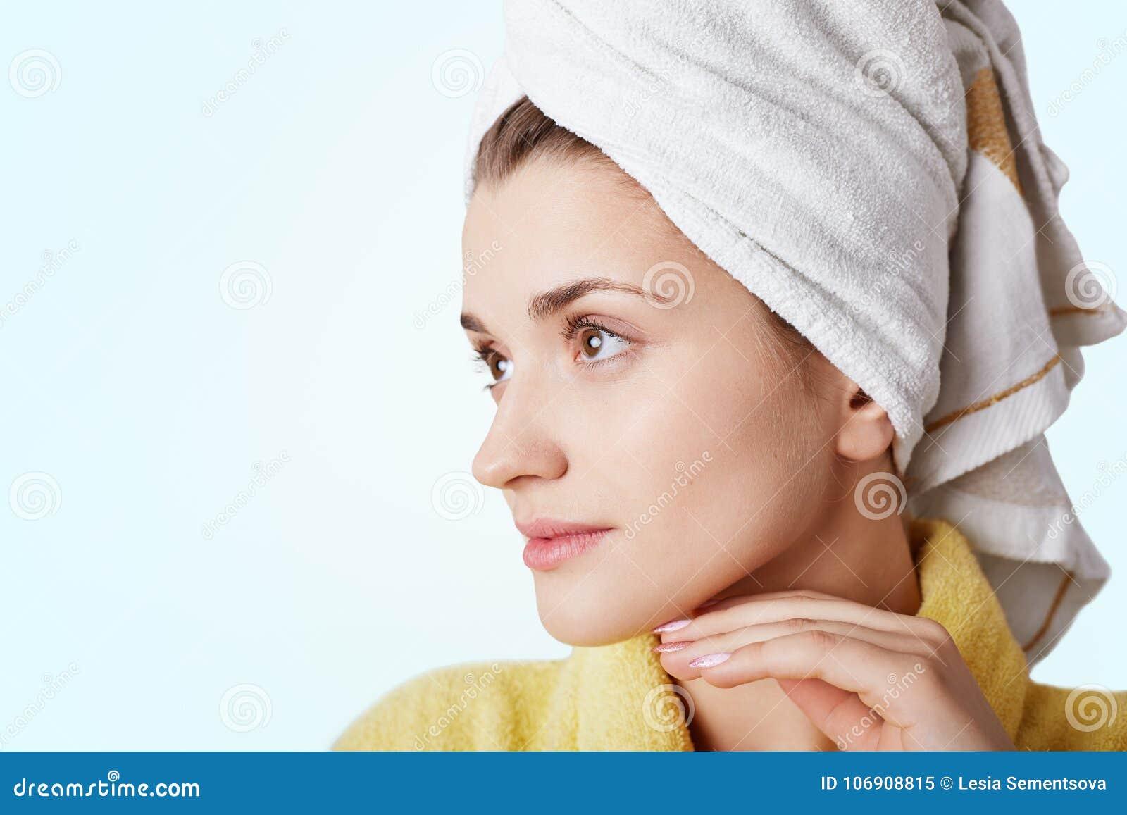 Zakończenie w górę portreta piękna młoda kobieta zdrową czystą skórę, jest ubranym ręcznika i bathrobe, patrzeje zamyślenie na bo