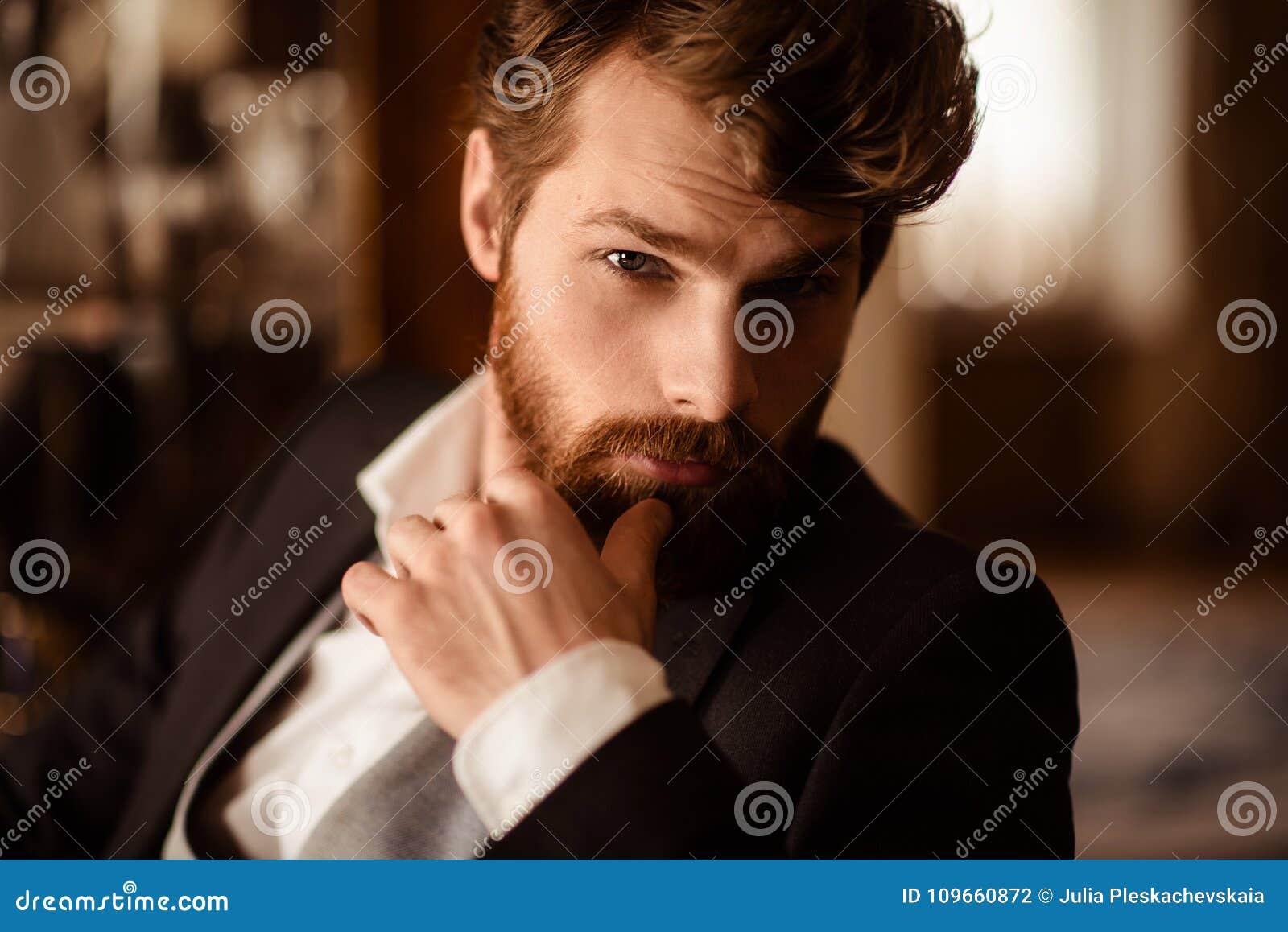 Zakończenie w górę portreta ufny biznesmen gęstą imbirową brodę i wąsy ubierających formalnie, być jaźnią gwarantującym wewnątrz