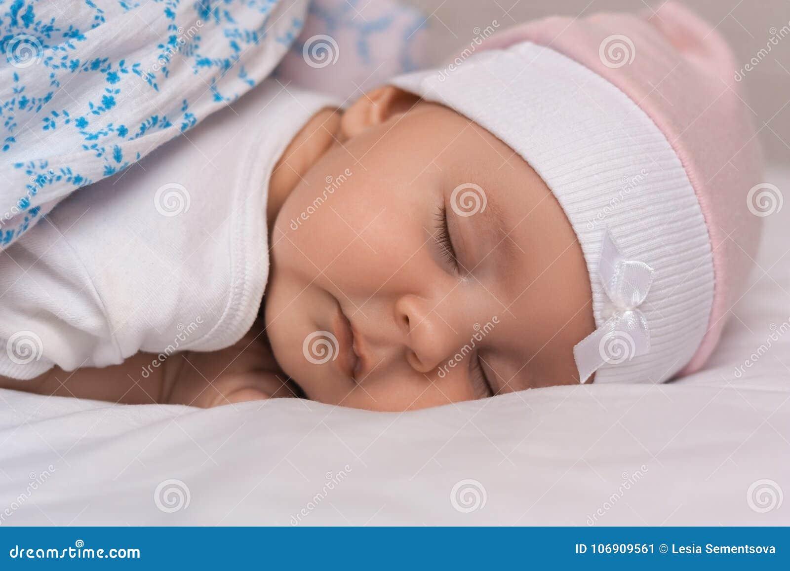 Zakończenie w górę portreta uroczy uroczy dziecko śpi spokojnie w łóżku, zakrywającym z ciepłą koc, przyjemnego zdrowego słodkieg