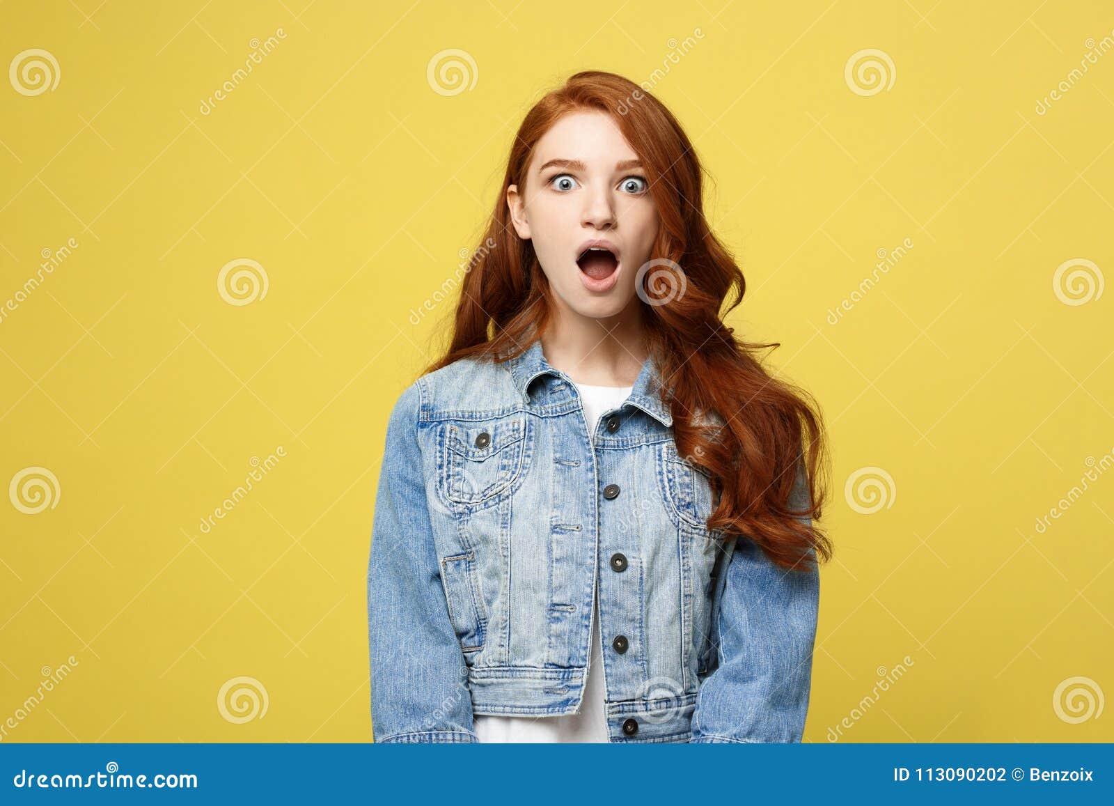 Zakończenie w górę portreta zadziwia młodej pięknej atrakcyjnej redhair dziewczyny szokuje z coś Odizolowywający na Jaskrawym kol