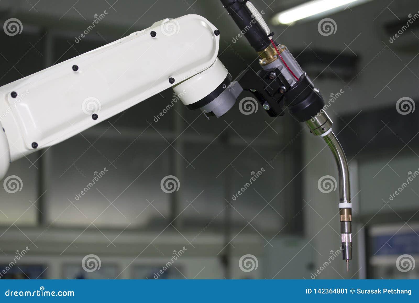 Zakończenie w górę przemysłowej spawka robota ręki z mig elektrodowym właścicielem dla przemysłowego