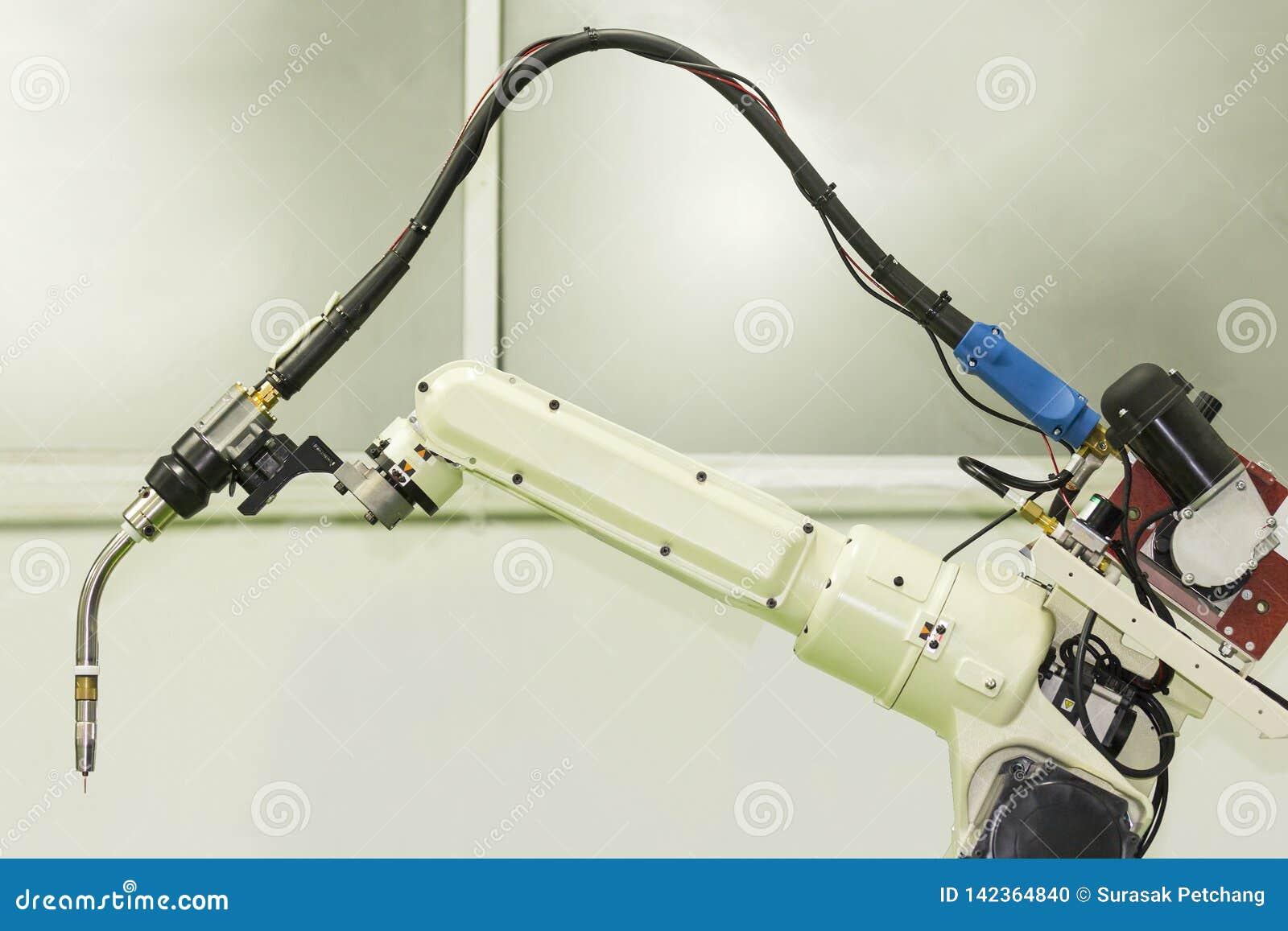 Zakończenie w górę przemysłowej spawka robota ręki z mig elektrodowym właścicielem pochodnią dla przemysłowego przy fabryką lub