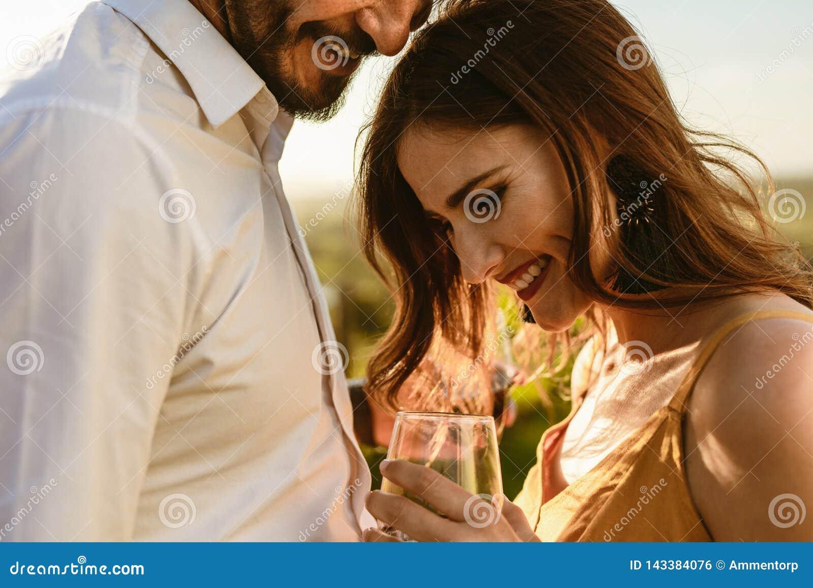 Zakończenie w górę romantycznej pary na wino dacie