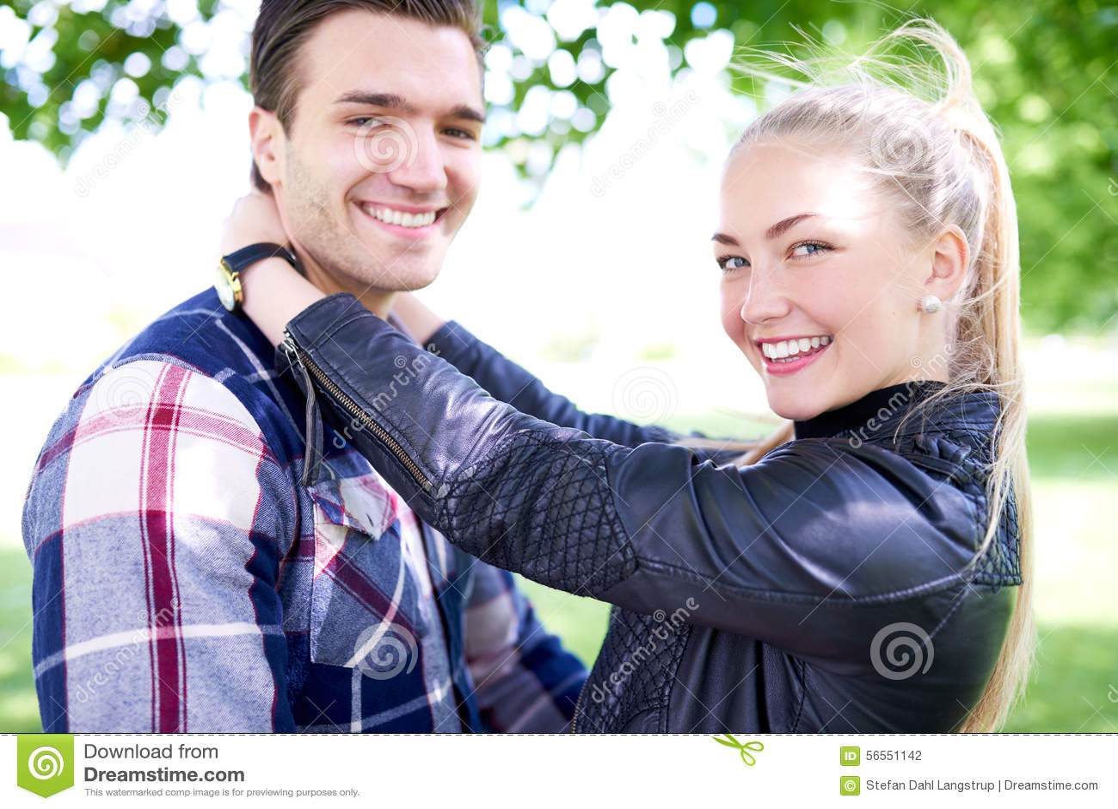 Zakończenie w górę Słodkich potomstw Dobiera się Uśmiecha się przy kamerą
