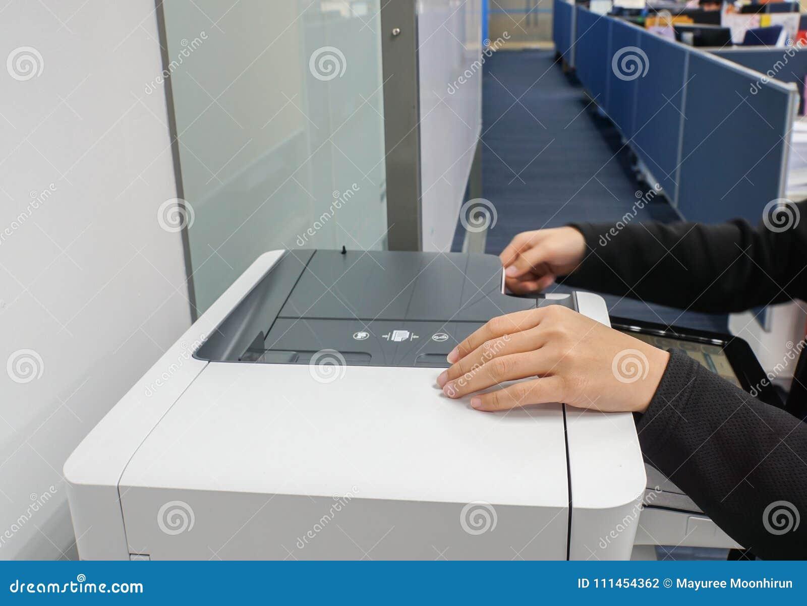 Zakończenie w górę sekretarki z czarnym kostiumem używa biurową drukarkę dla kopiować znacząco dokumenty i skanować
