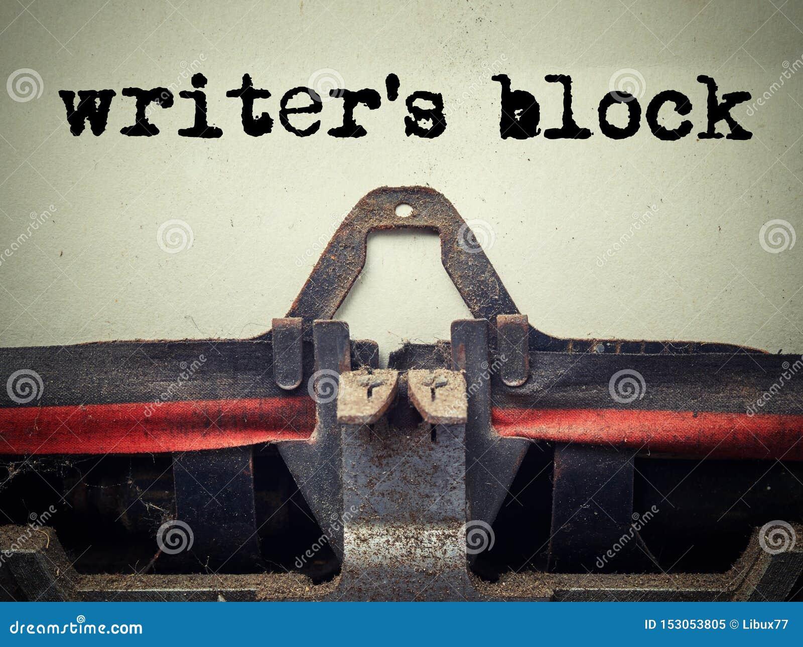 Zakończenie w górę starej maszyny do pisania zakrywającej z pyłem z pisarza blokowym tekstem