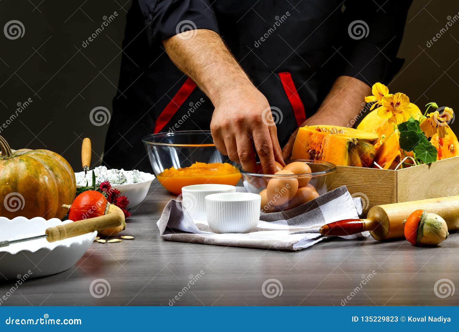 Zakończenie w górę szefa kuchni wręcza przygotowywać Amerykańskiego dyniowego kulebiaka Pojęcie Amerykański kulinarny przepis