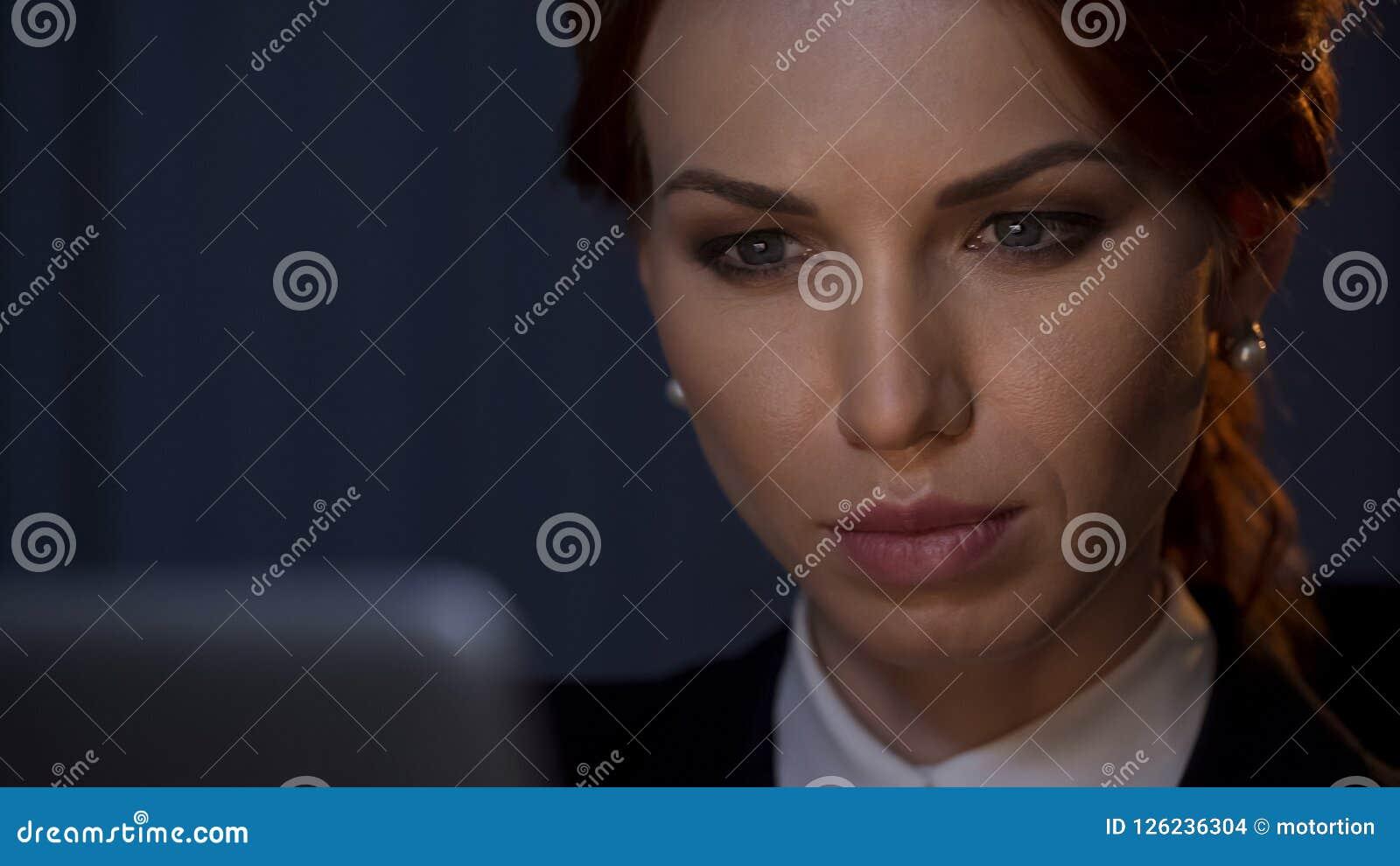 Zakończenie w górę ufnego bizneswomanu patrzeje laptopu ekran w firmy biurze
