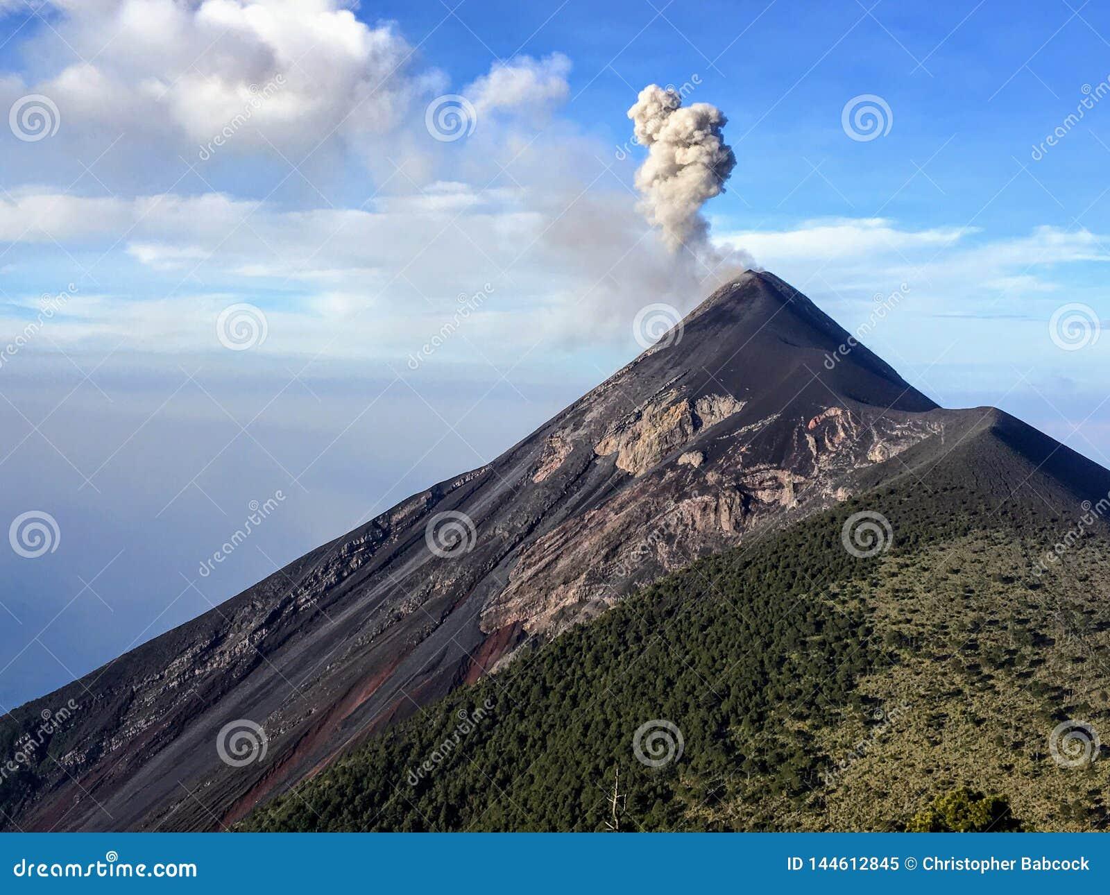 Zakończenie w górę widoku góry Fuego wulkan na zewnątrz Antigua w ciągu dnia, Gwatemala Dym i popiół wzrastamy z c lub wi