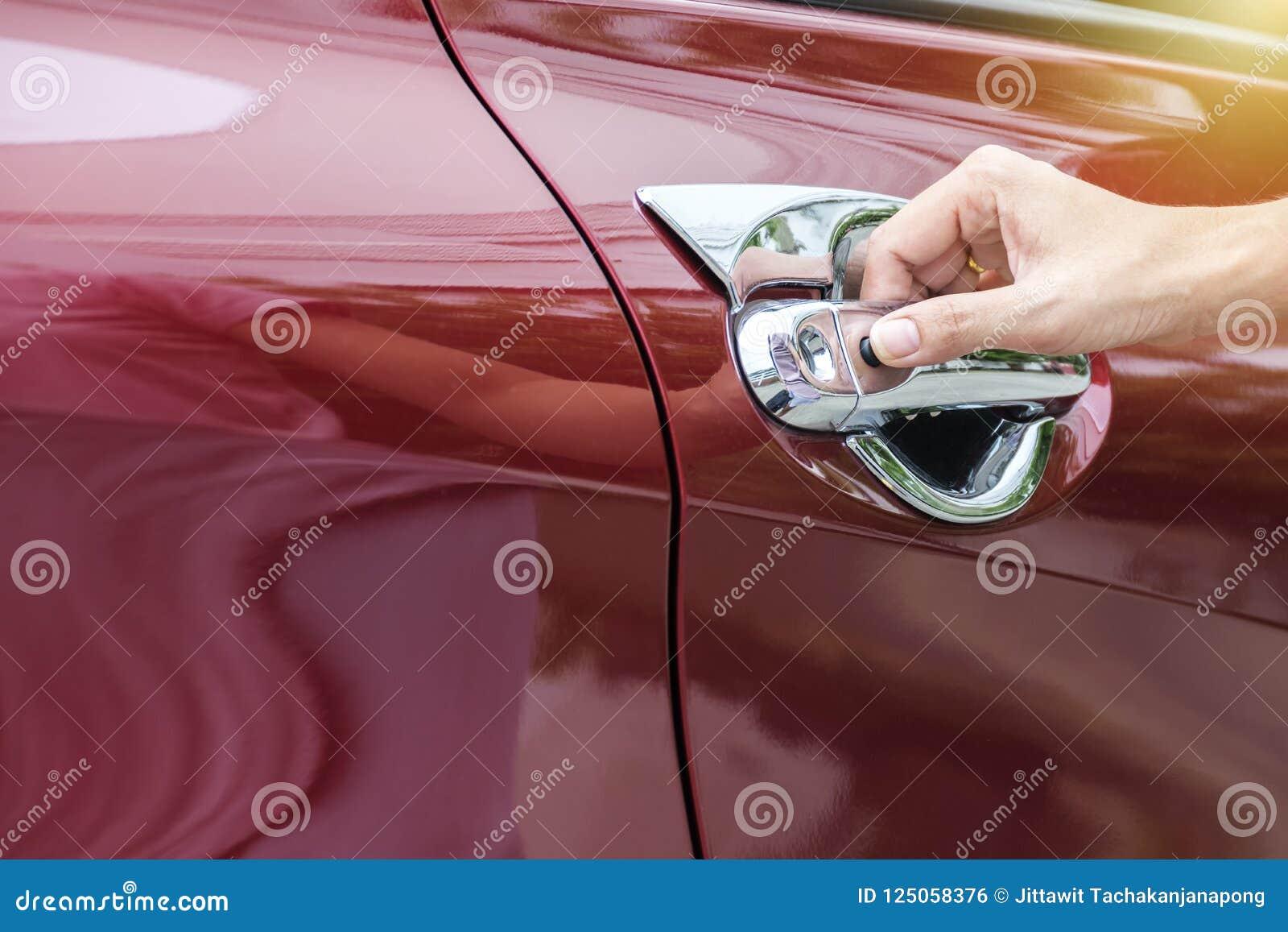 Zakończenie w górę wizerunku kobiety otwiera samochodowego ` s drzwi
