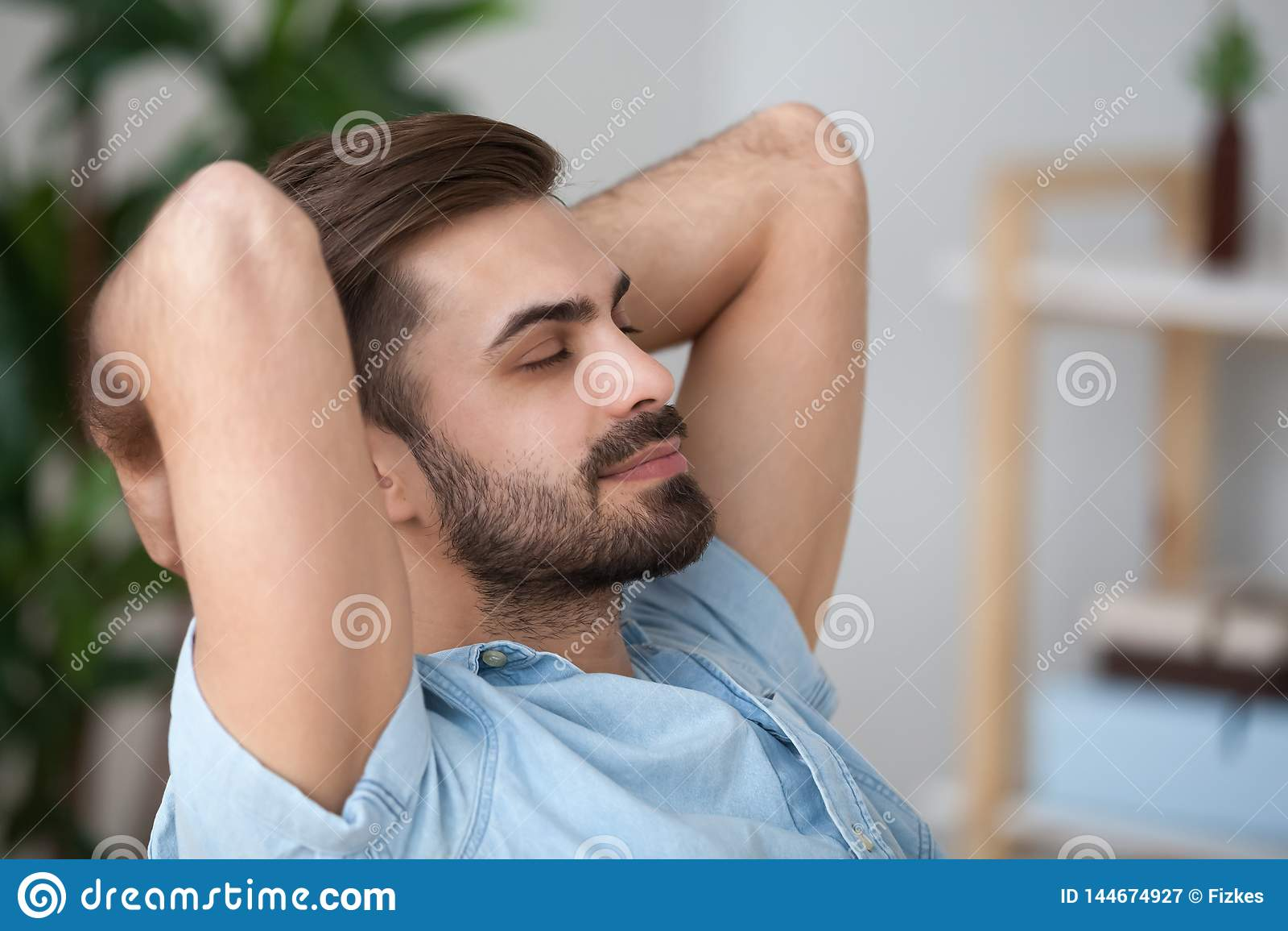 Zakończenie w górę zmęczony pokojowy mężczyzny relaksować oparty z zamkniętymi oczami z powrotem