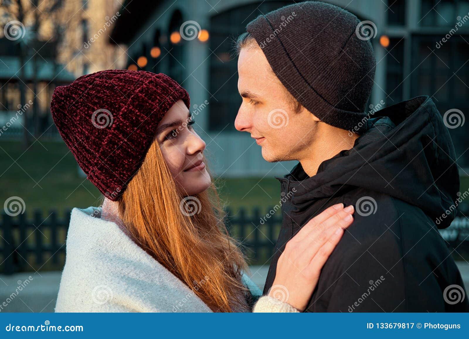 Zakończenie w górę zmysłowych potomstw dobiera się w miłości cieszy się romantycznego moment wpólnie w zima wieczór outdoors