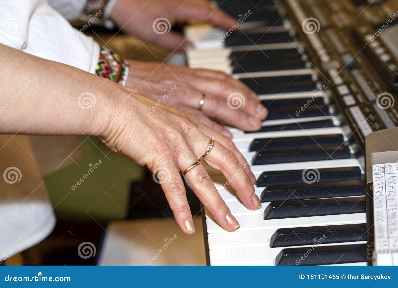 Zako?czenie muzyk up wr?cza klasyczny fortepianowy bawi? si? Muzyk ręki Scena pianista ręki Męski muzyk bawić się Midi klawiaturę