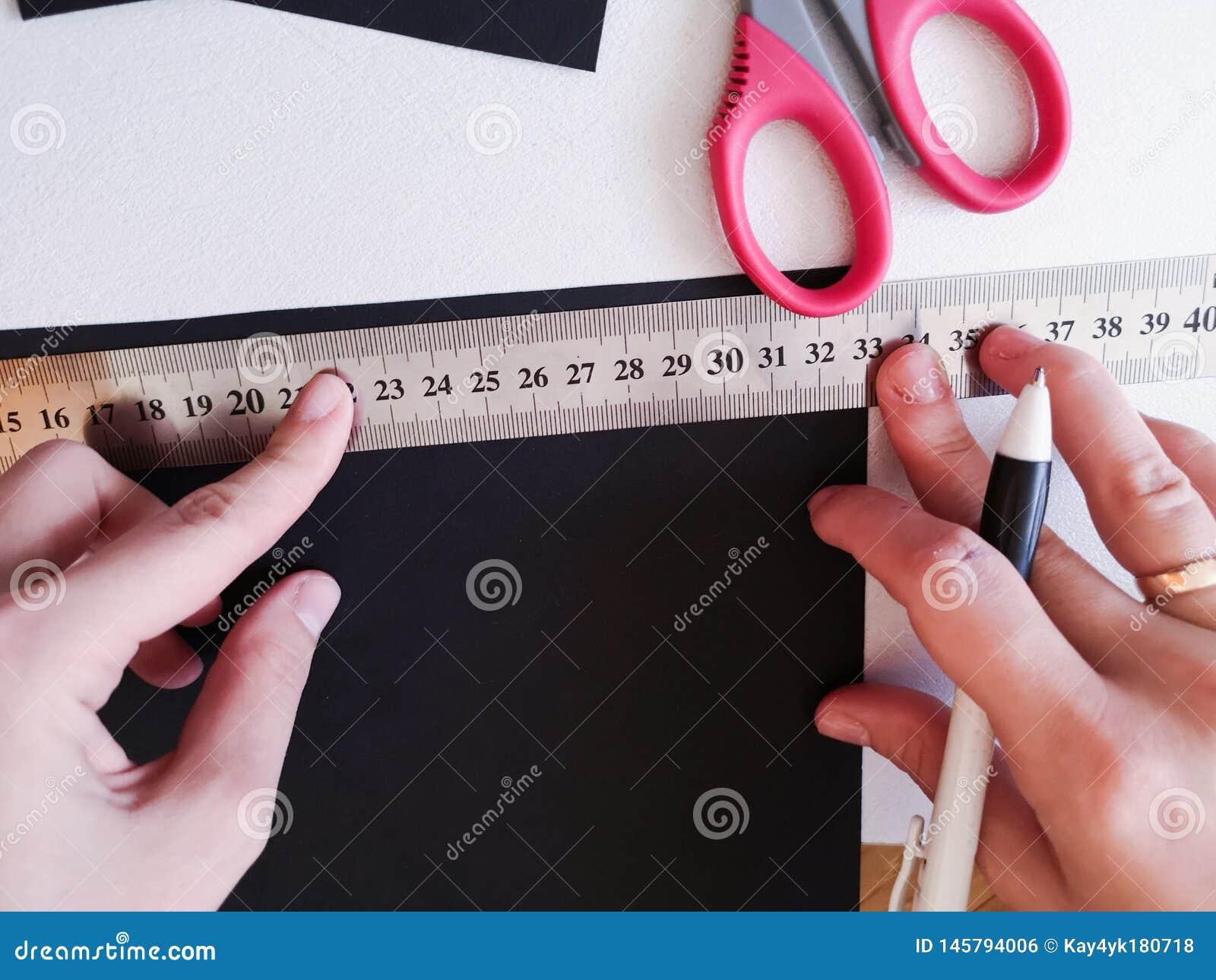 Zako?czenie up strzela? - fachowej kobiety decorator, projektant pracuje z Kraft papierem i robi kopercie przy warsztatem, studio