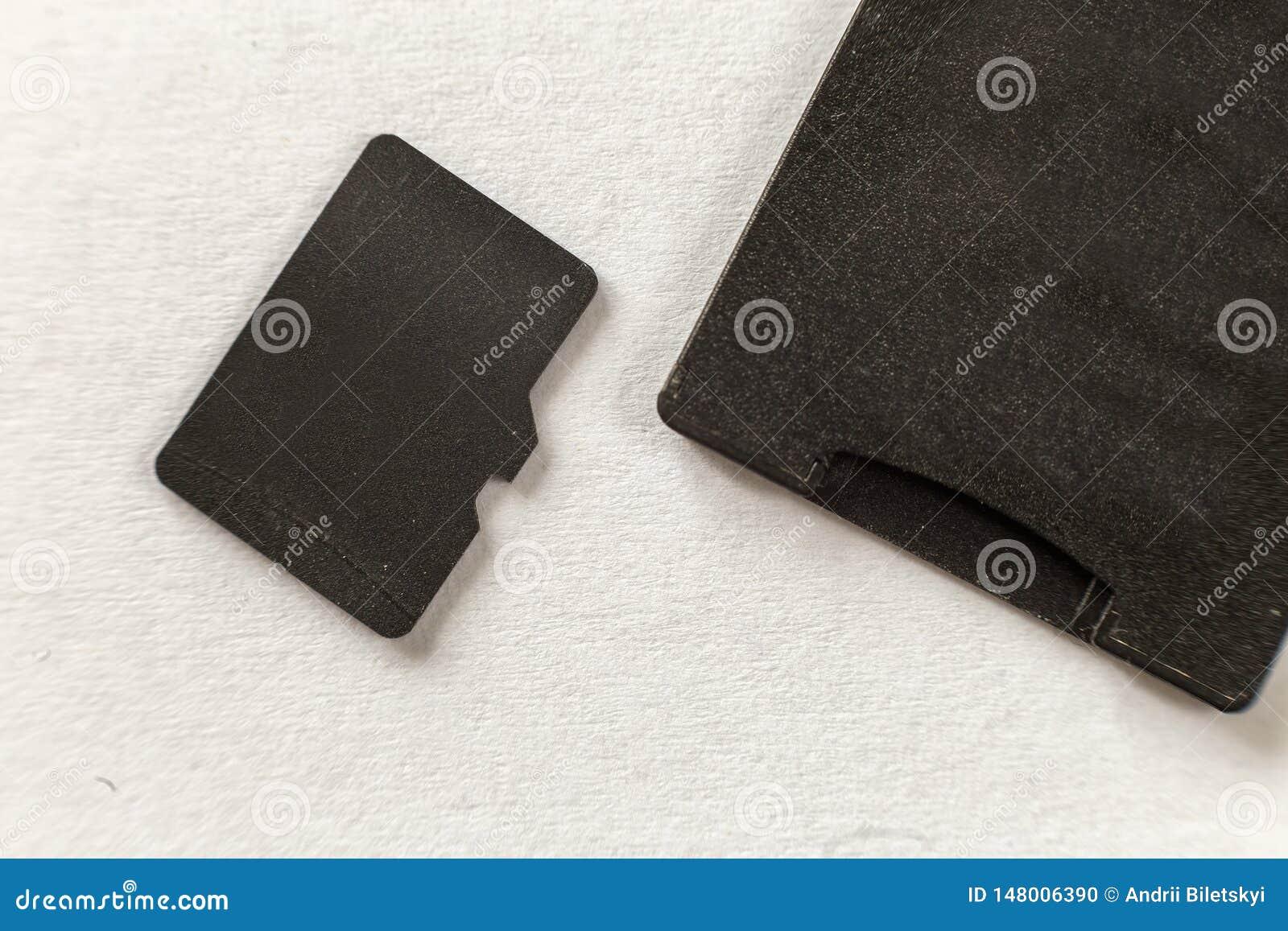 Zako?czenie-w g?r? mikro SD karta pami?ci i SD adaptator odizolowywa? na biel kopia przestrze? t?o Technologii nowo?ytny poj?cie
