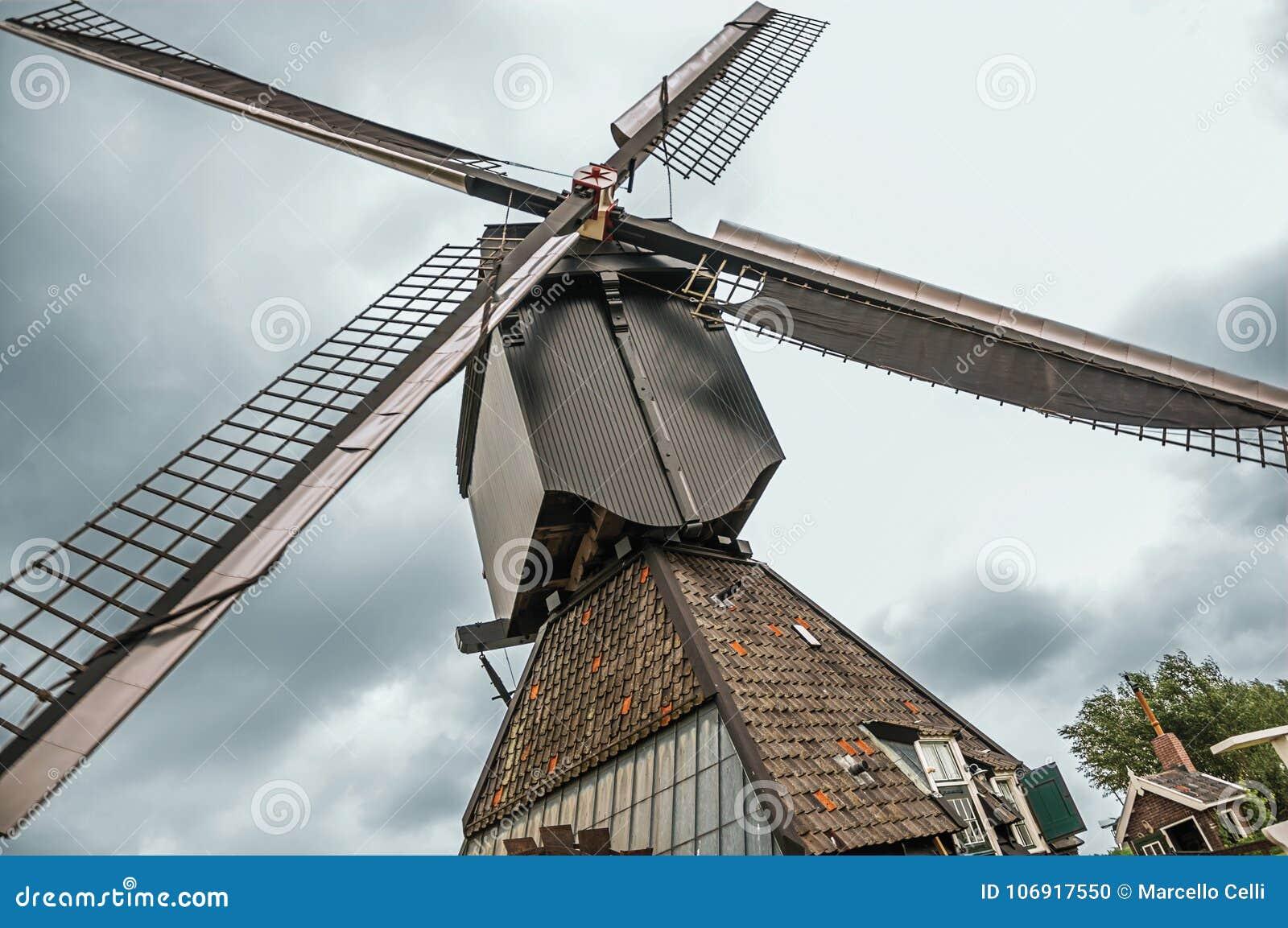 Zakończenie wiatraczków ostrza w chmurnym dniu przy Kinderdijk