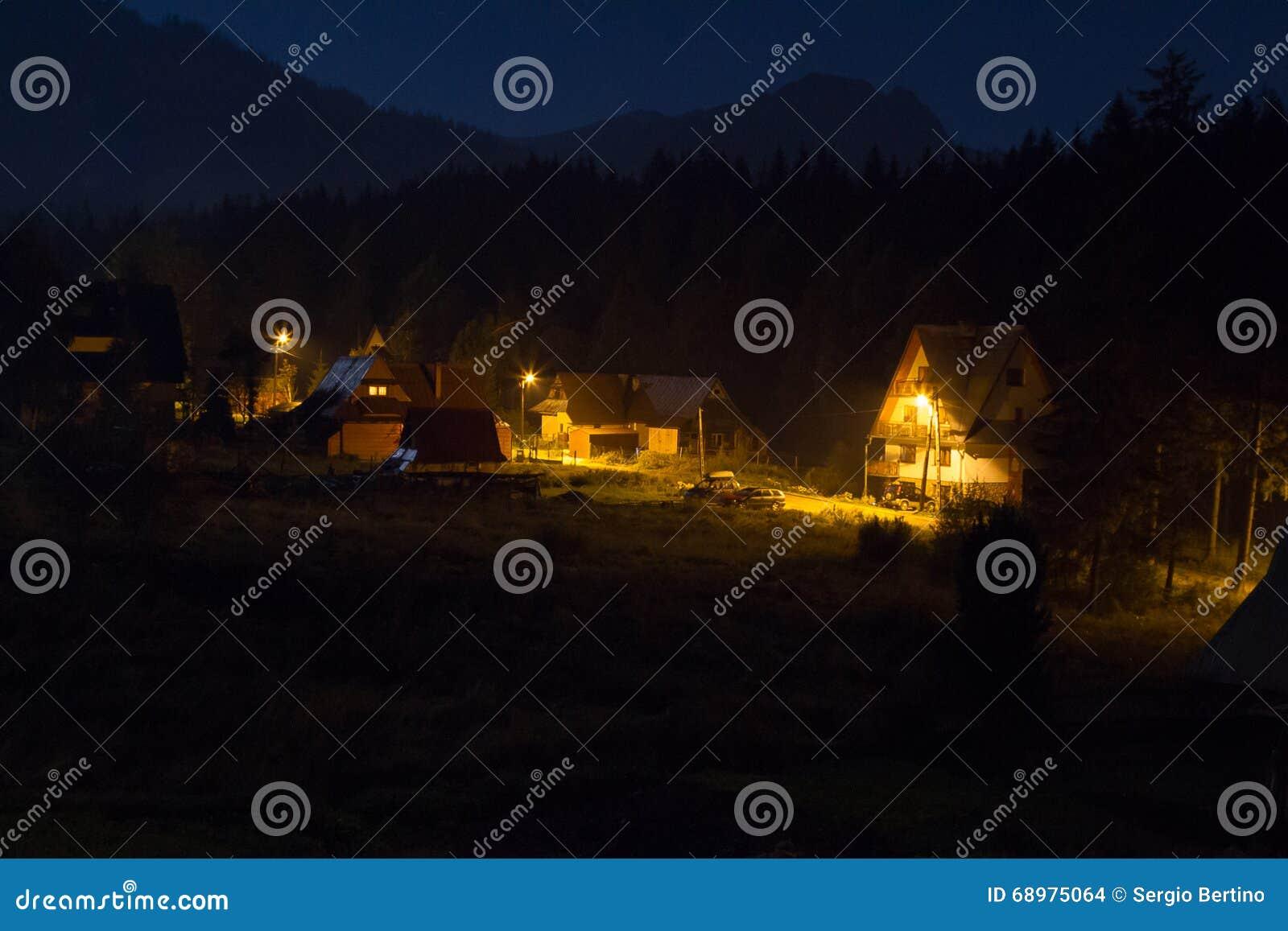 Zakopane miasteczko przy nocą