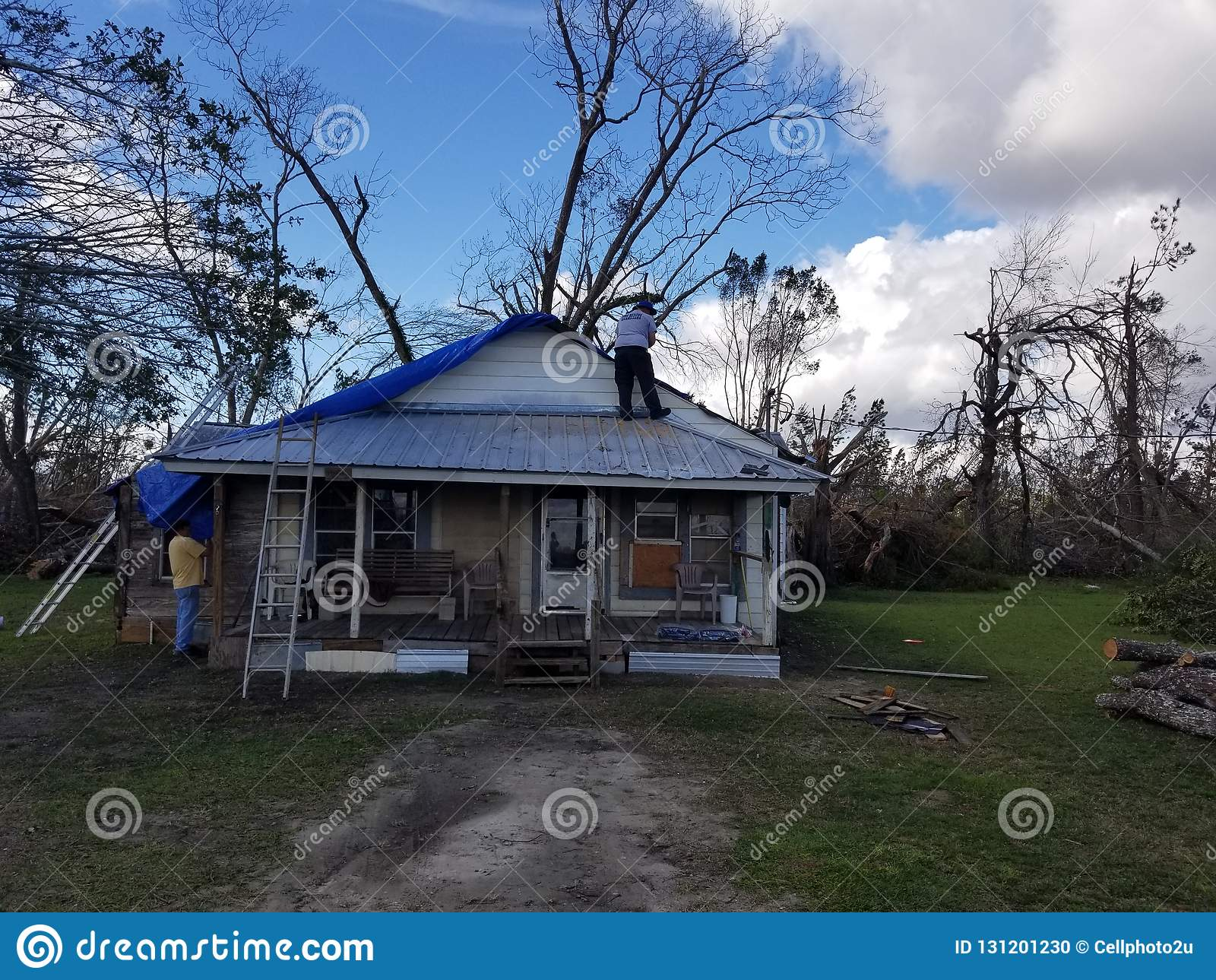 Zakrywać dom po burzy