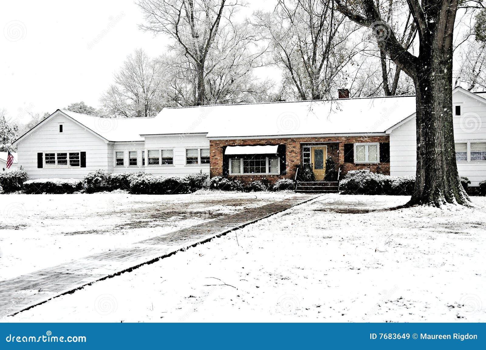 Zakrywający gospodarstwa rolnego domu śnieg