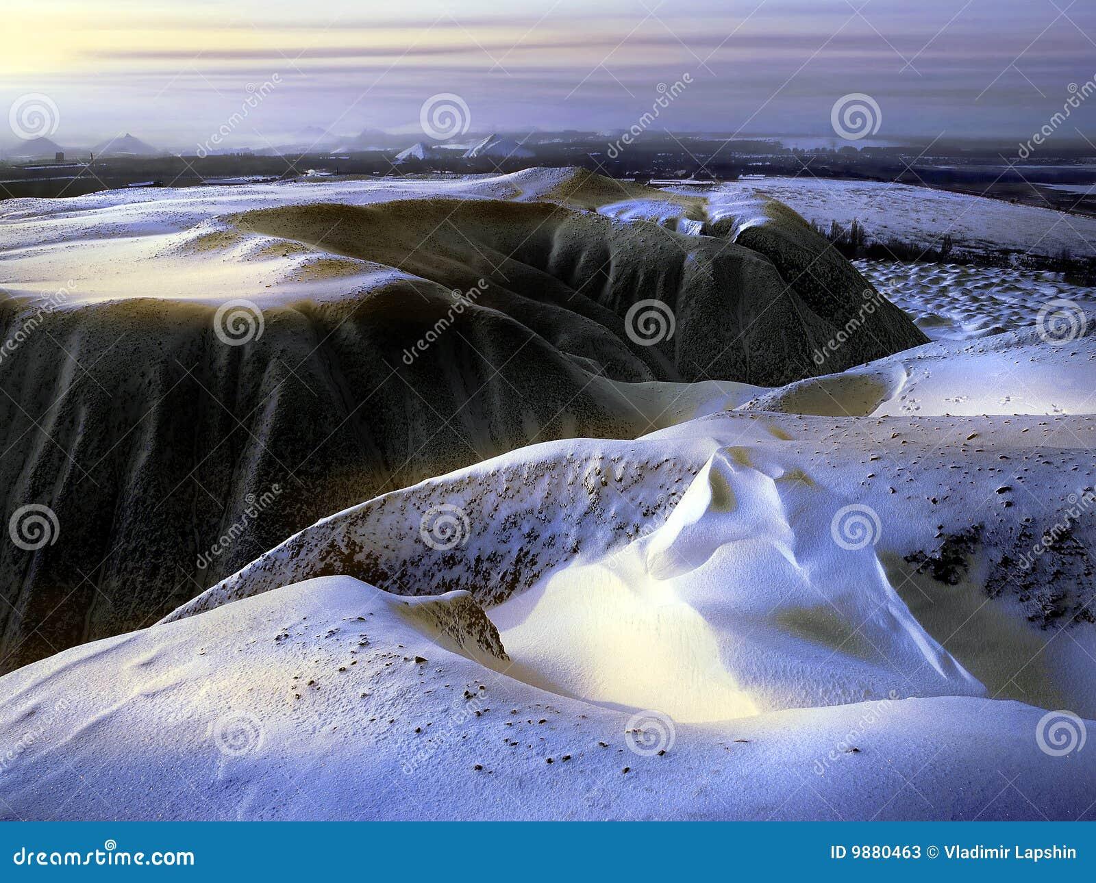 Zakrywający rozsypisko śniegu odpady