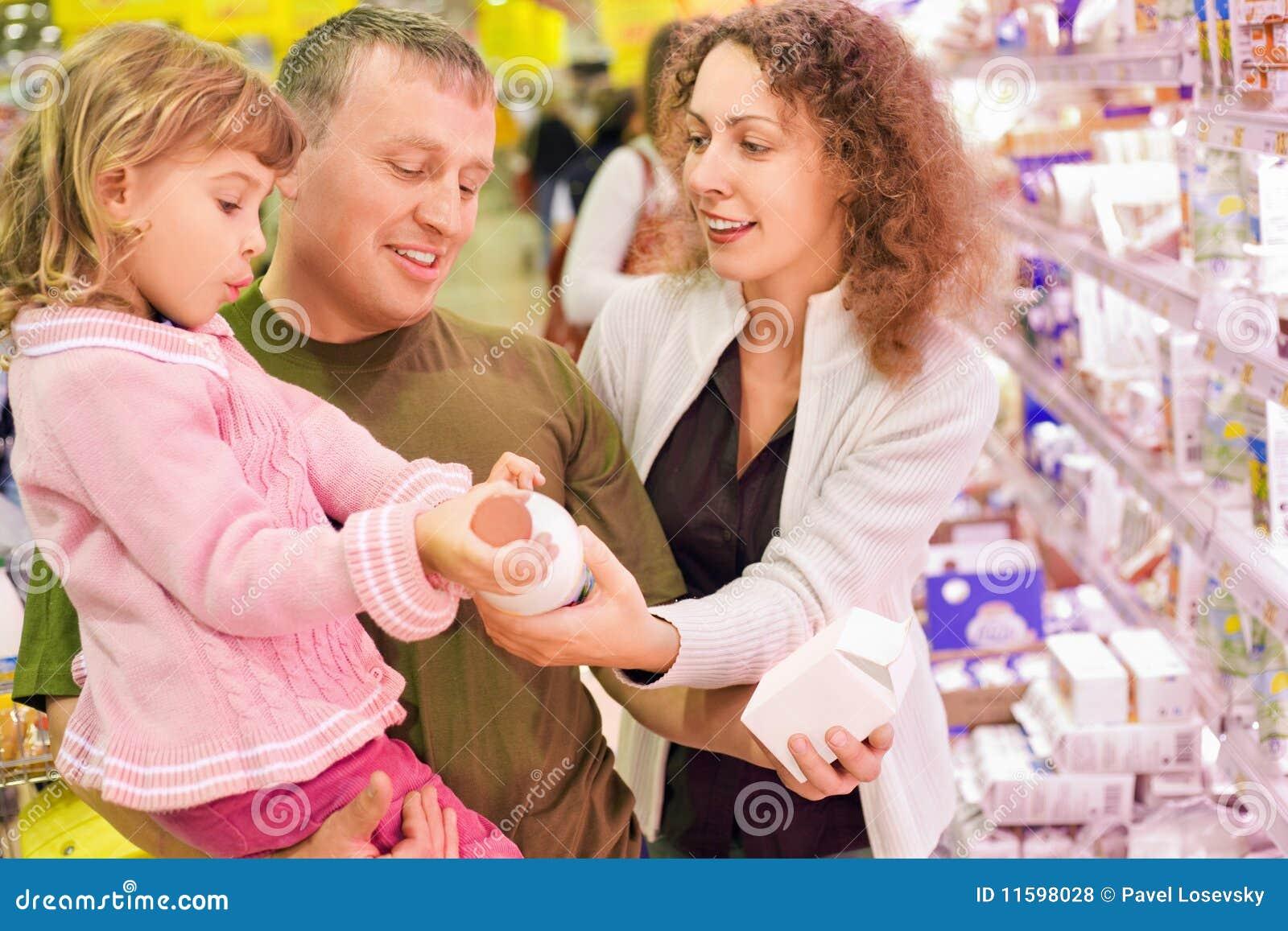 Zakupu rodzinnej dziewczyny mały dojny supermarket