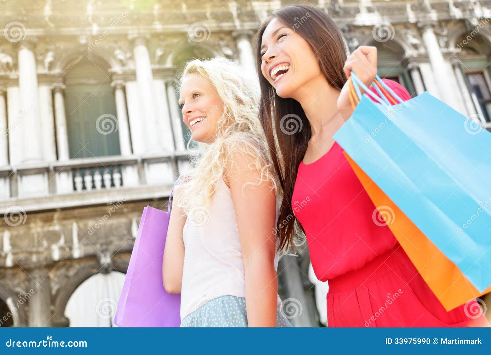 Zakupy kobiet mienia szczęśliwi torba na zakupy, Wenecja
