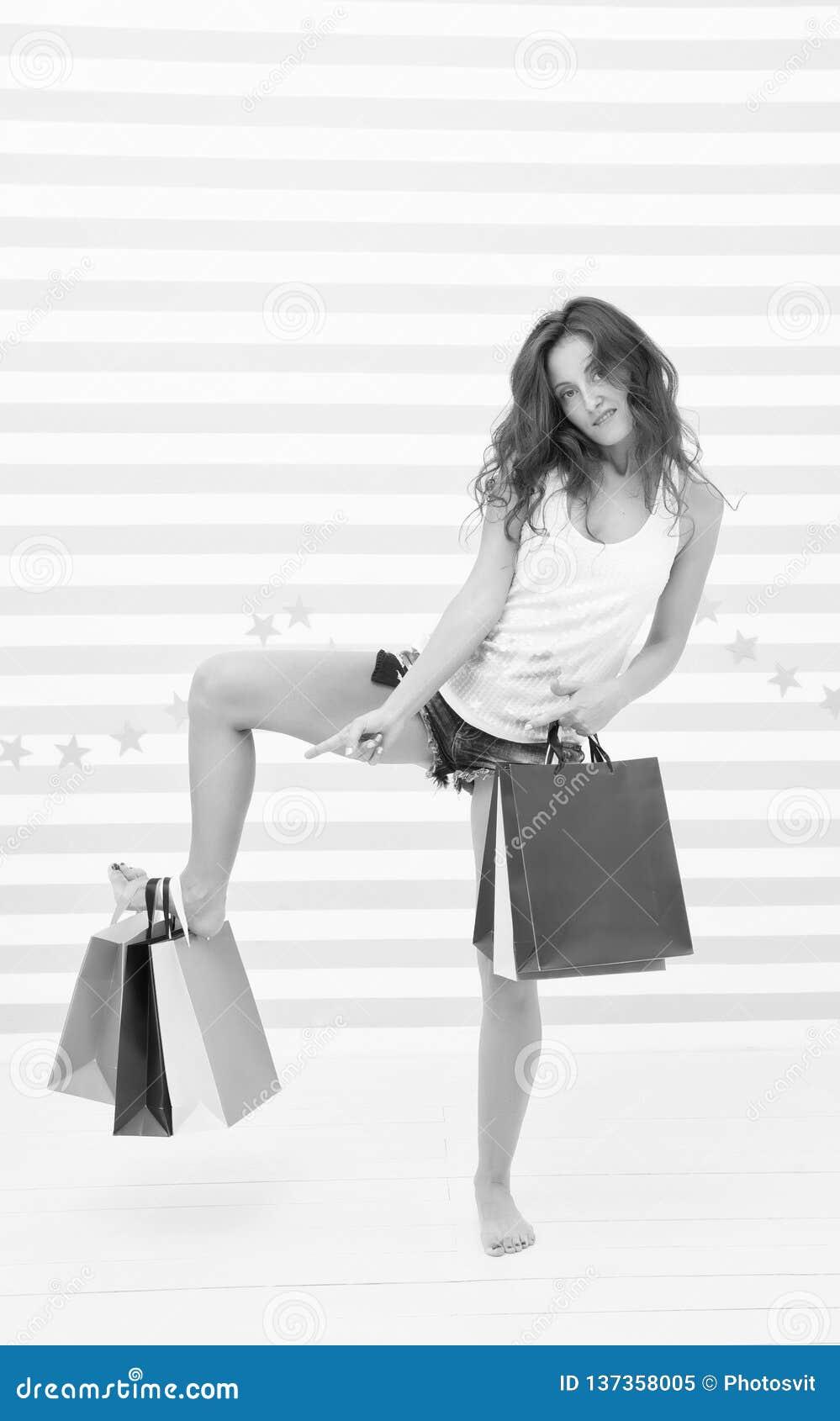 Zakupy ogłoszenie śmiesznej dziewczyny zakupy reklamowa sprzedaż śmieszna dziewczyna wskazuje na papaerbags ogłoszenie duża sprze