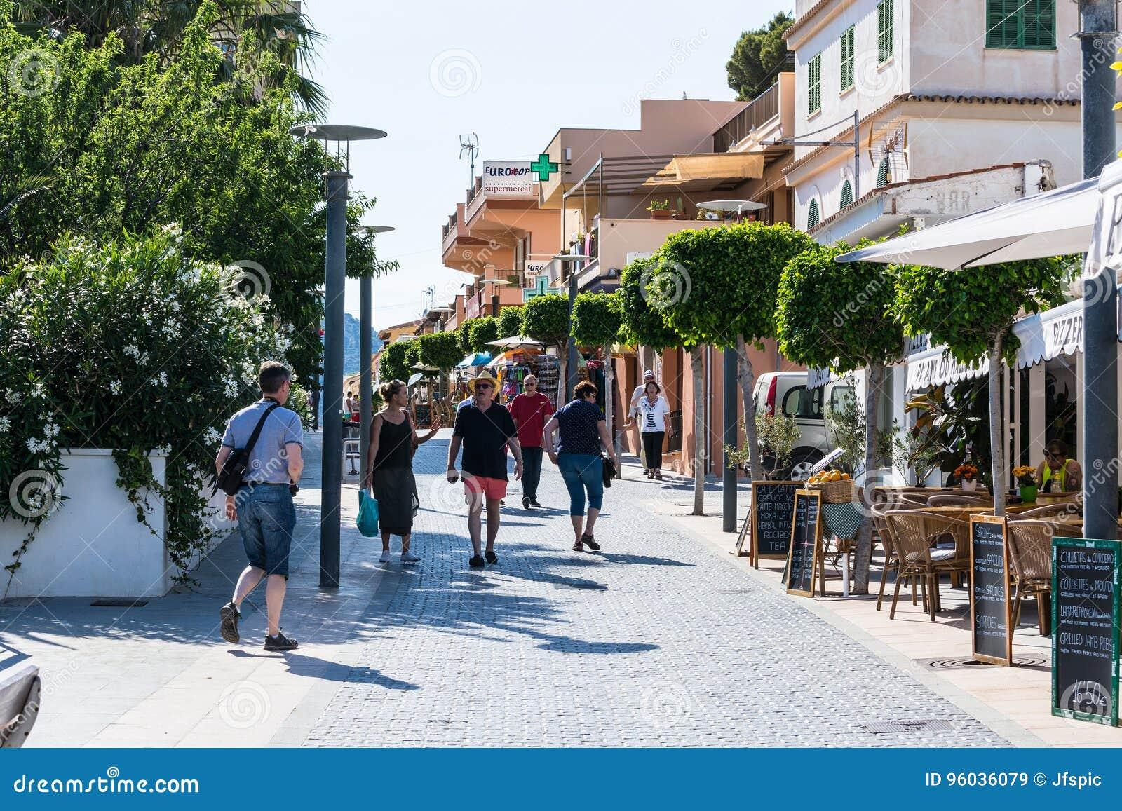 Zakupy ulica w miasteczku San Telmo, Mallorca, Hiszpania