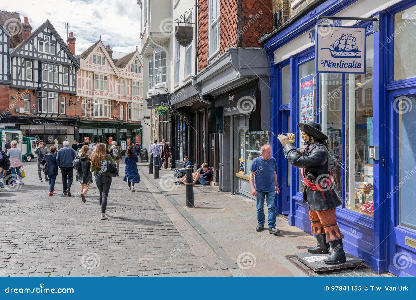 Zakupy ulica z ludźmi w centrum starego historycznego Canterbury cit