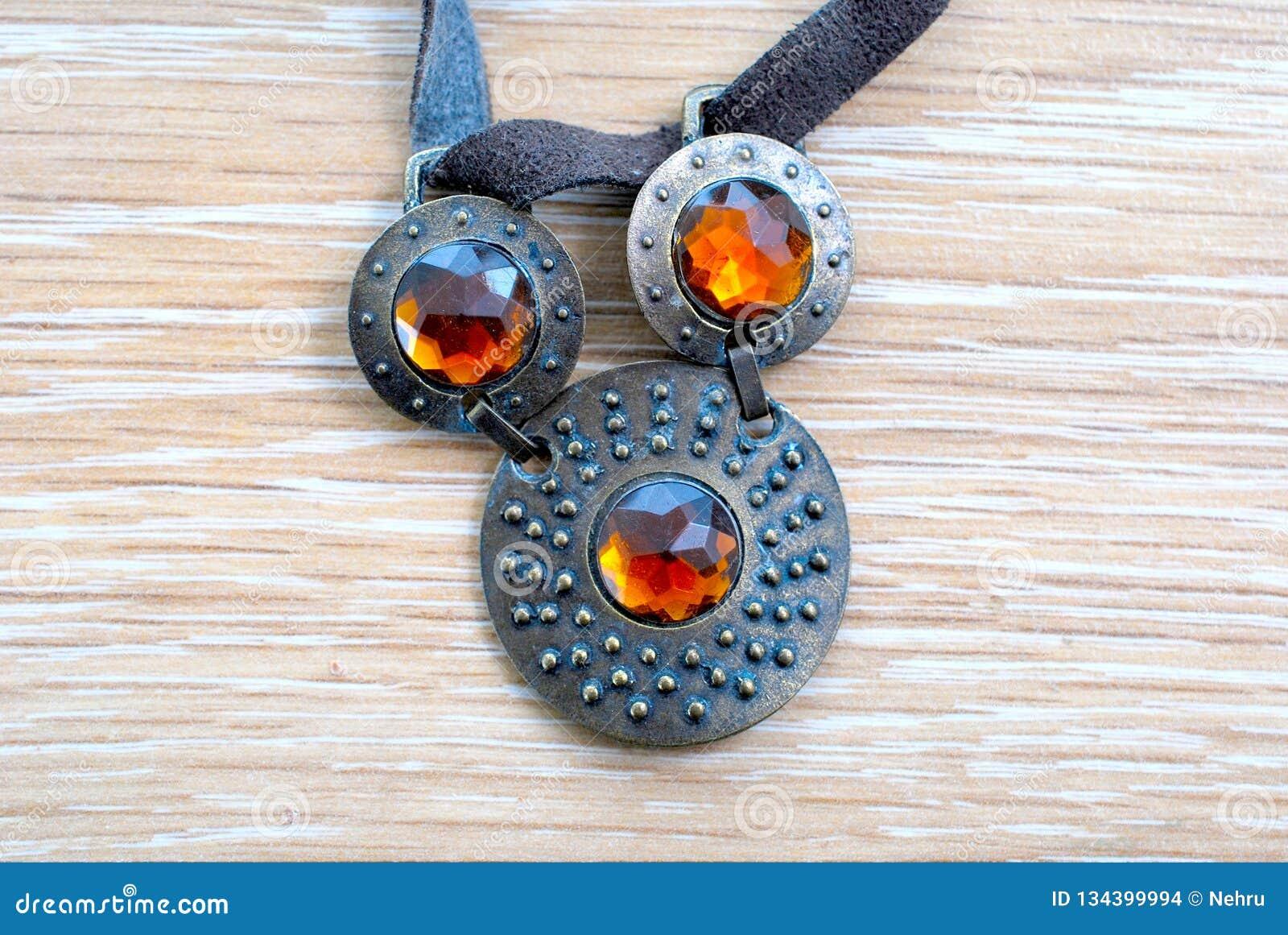 Zakurzeni rocznik kolii bijoux
