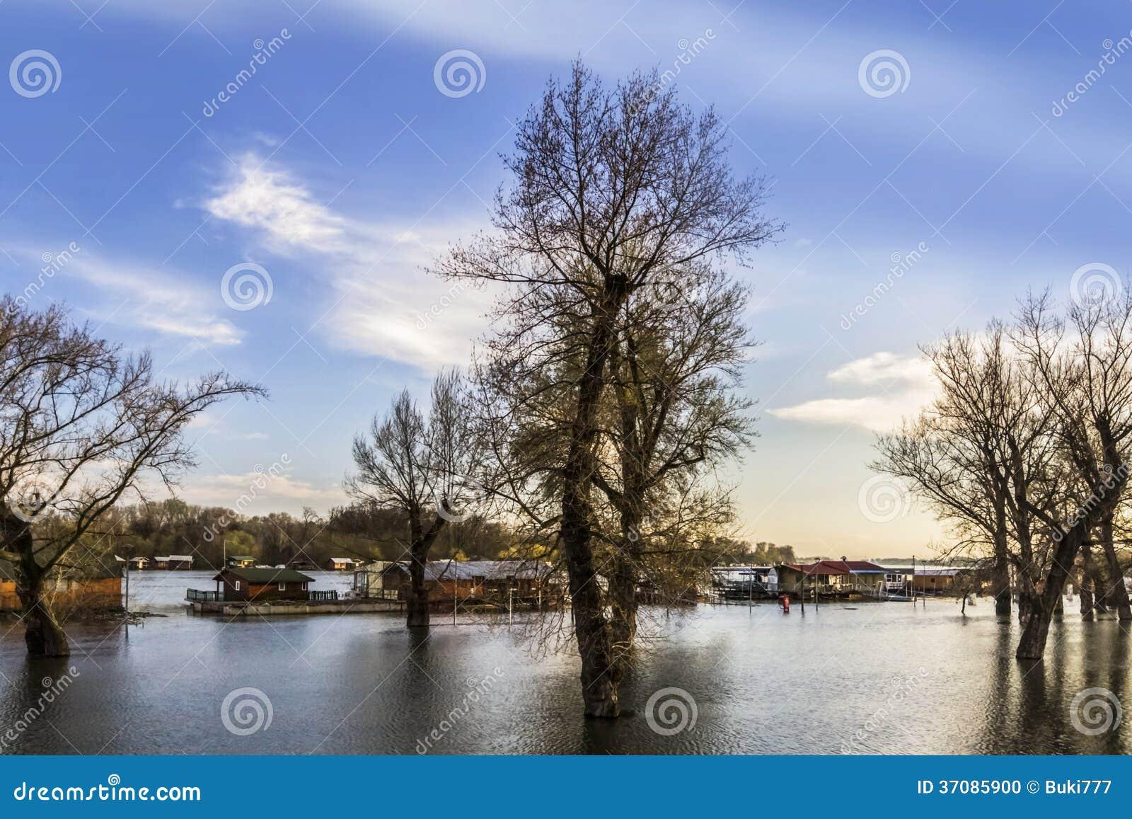 Download Zalewająca Ziemia Z Unosić Się Domy Przy Sava Rzeką - Nowy Belgrade - Zdjęcie Stock - Obraz złożonej z horyzontalny, chmurny: 37085900