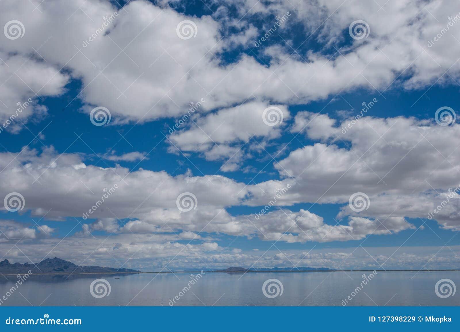 Zalewający Bonneville soli mieszkania w Utah tworzą lustrzanego odbicia scenę na wodzie, patrzeje surrealistyczni