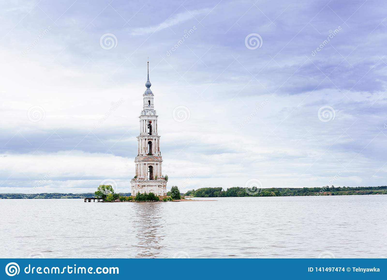 Zalewający dzwonkowy wierza St Nicholas katedra