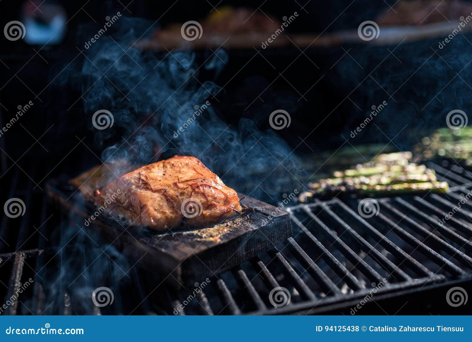 Zalm op een appel houten plank op de grill