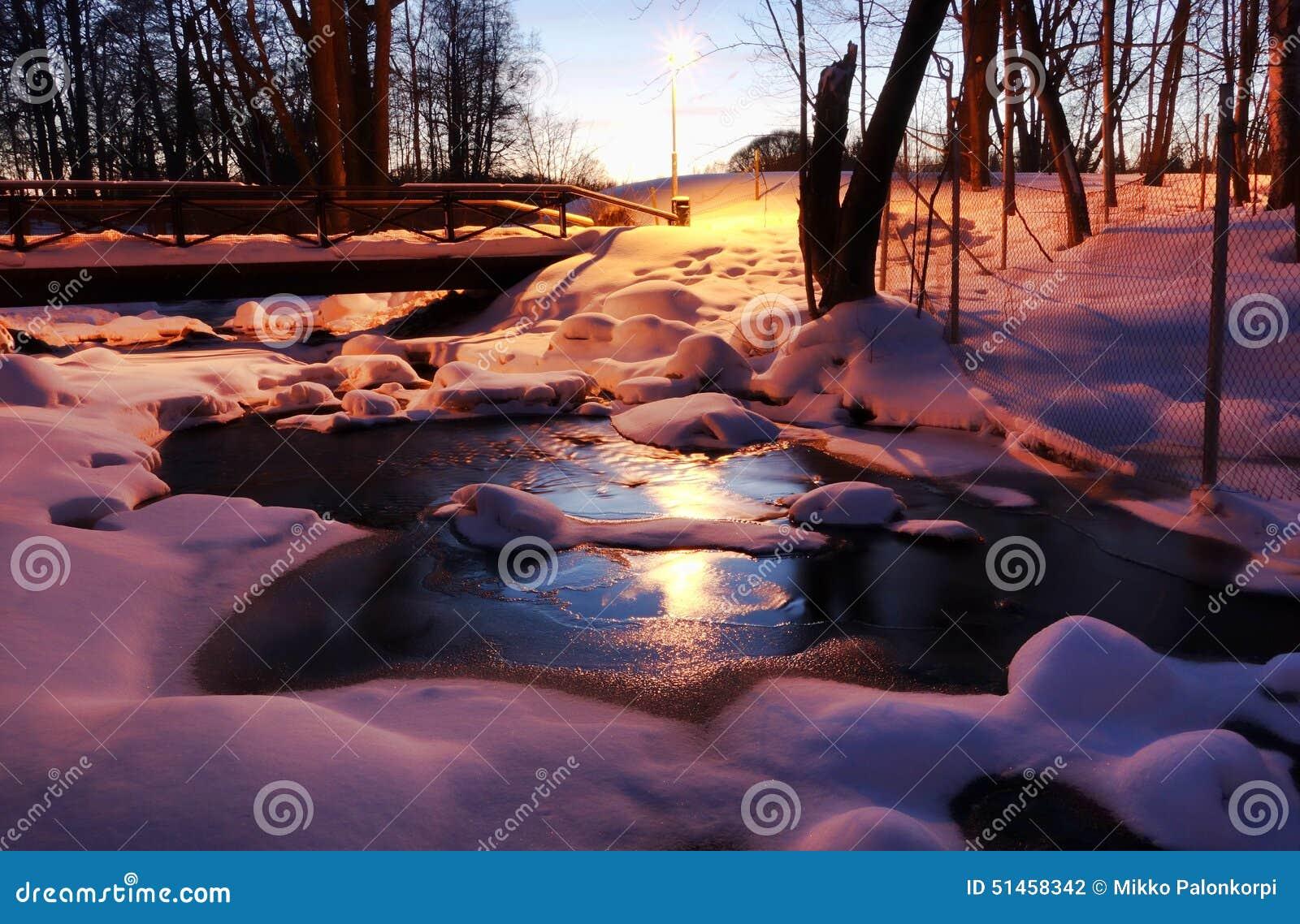 Zamarznięta rzeka w Helsinki