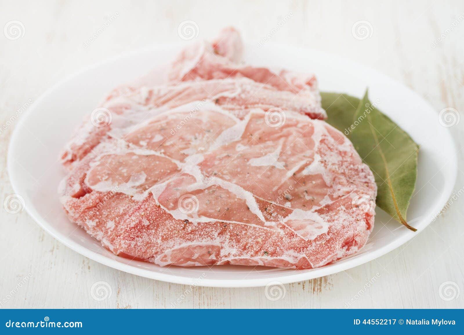 Zamarznięta wieprzowina na talerzu