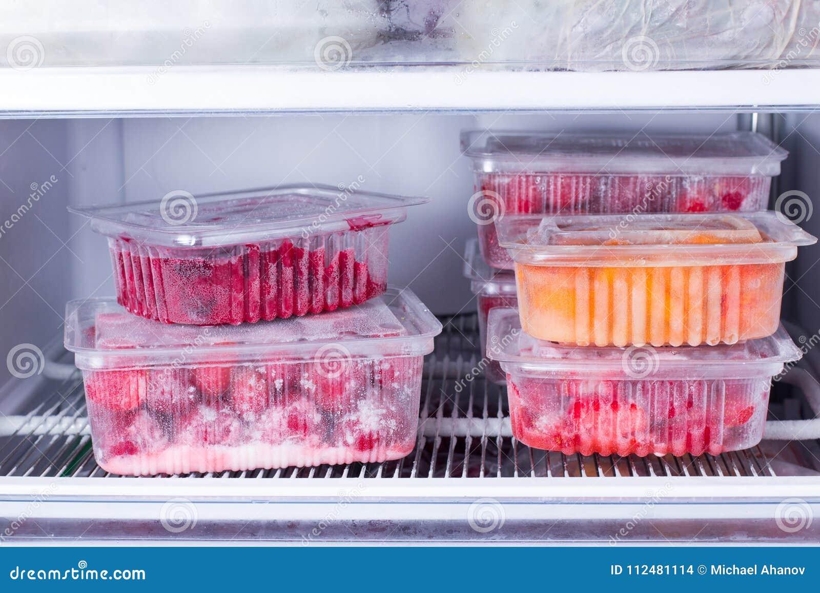Zamarznięte owoc i jagody w zbiorniku w chłodni