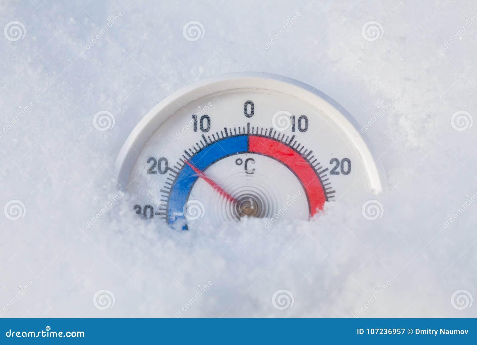 Zamarznięty termometr pokazuje minus 17 Celsius stopnia zimy zimny wea
